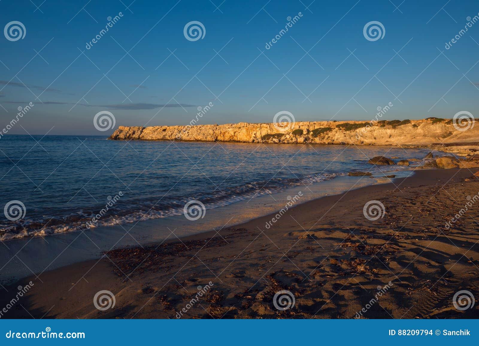 Tramonto alla costa del mar Mediterraneo