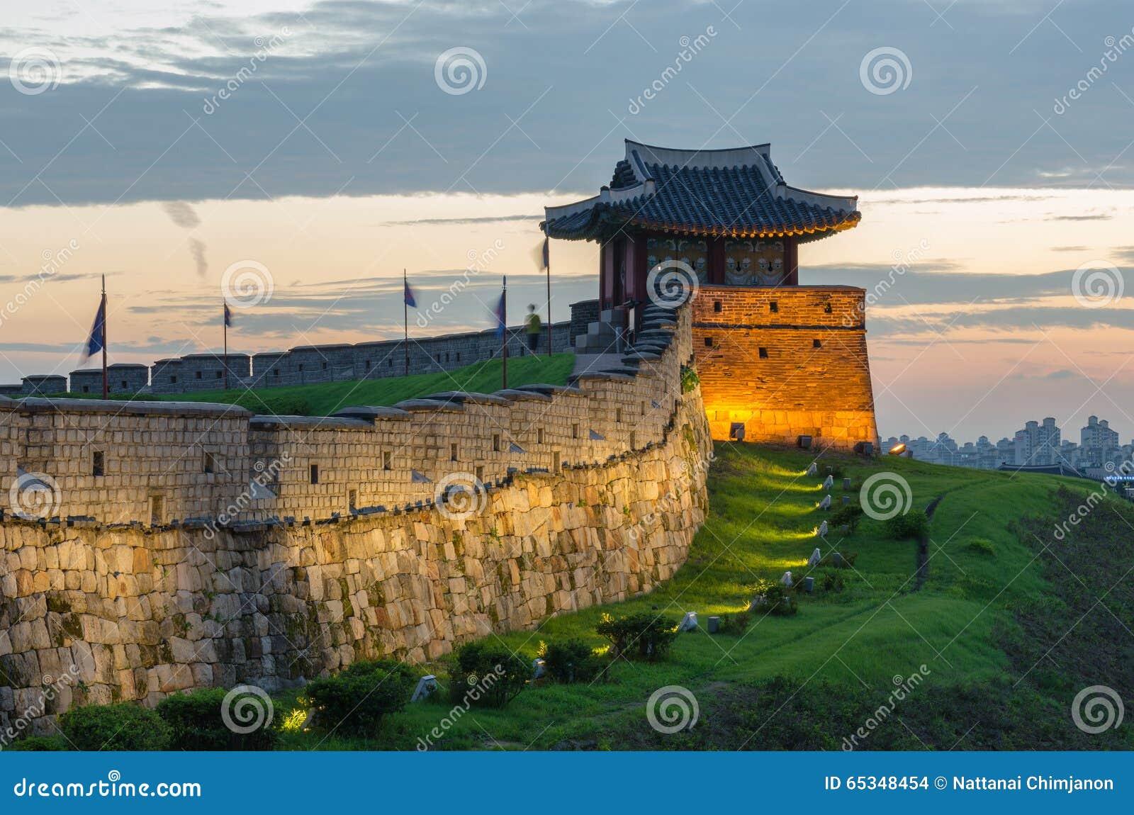 Tramonto alla fortezza di Hwaseong a Suwon, Corea del Sud