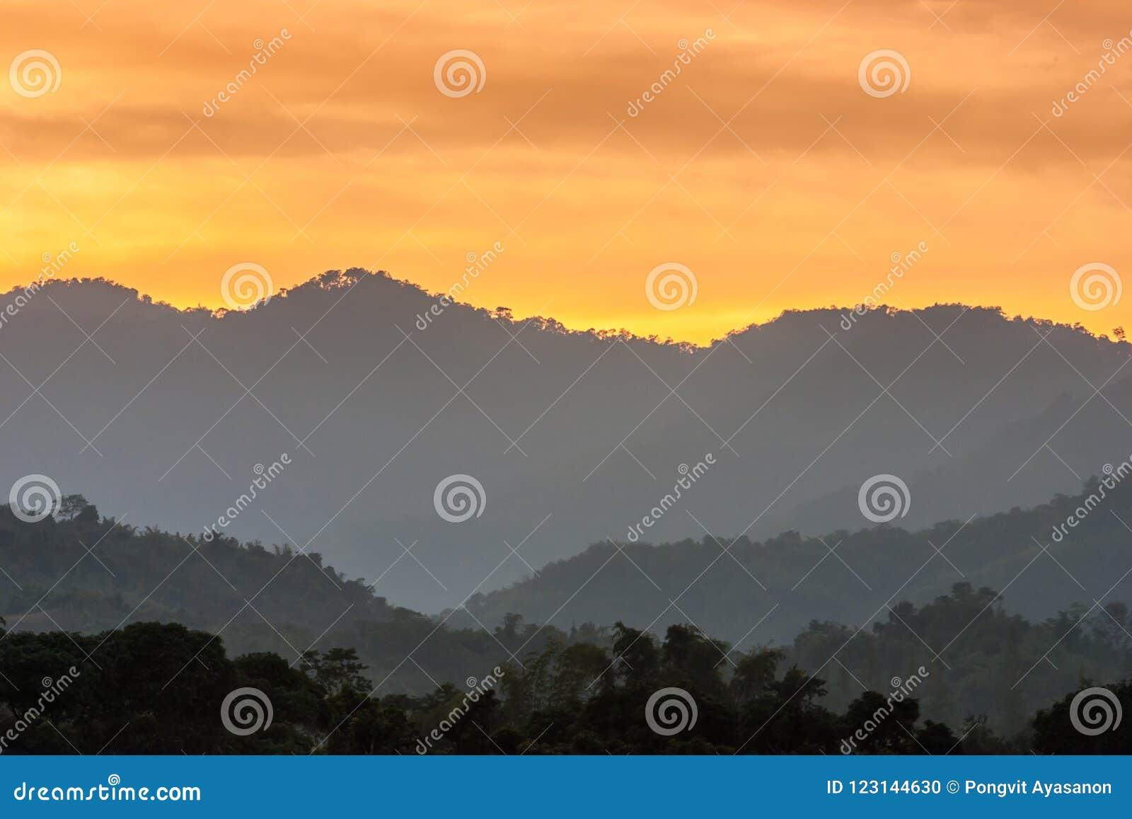 Tramonto alla montagna in tailandia fotografia stock