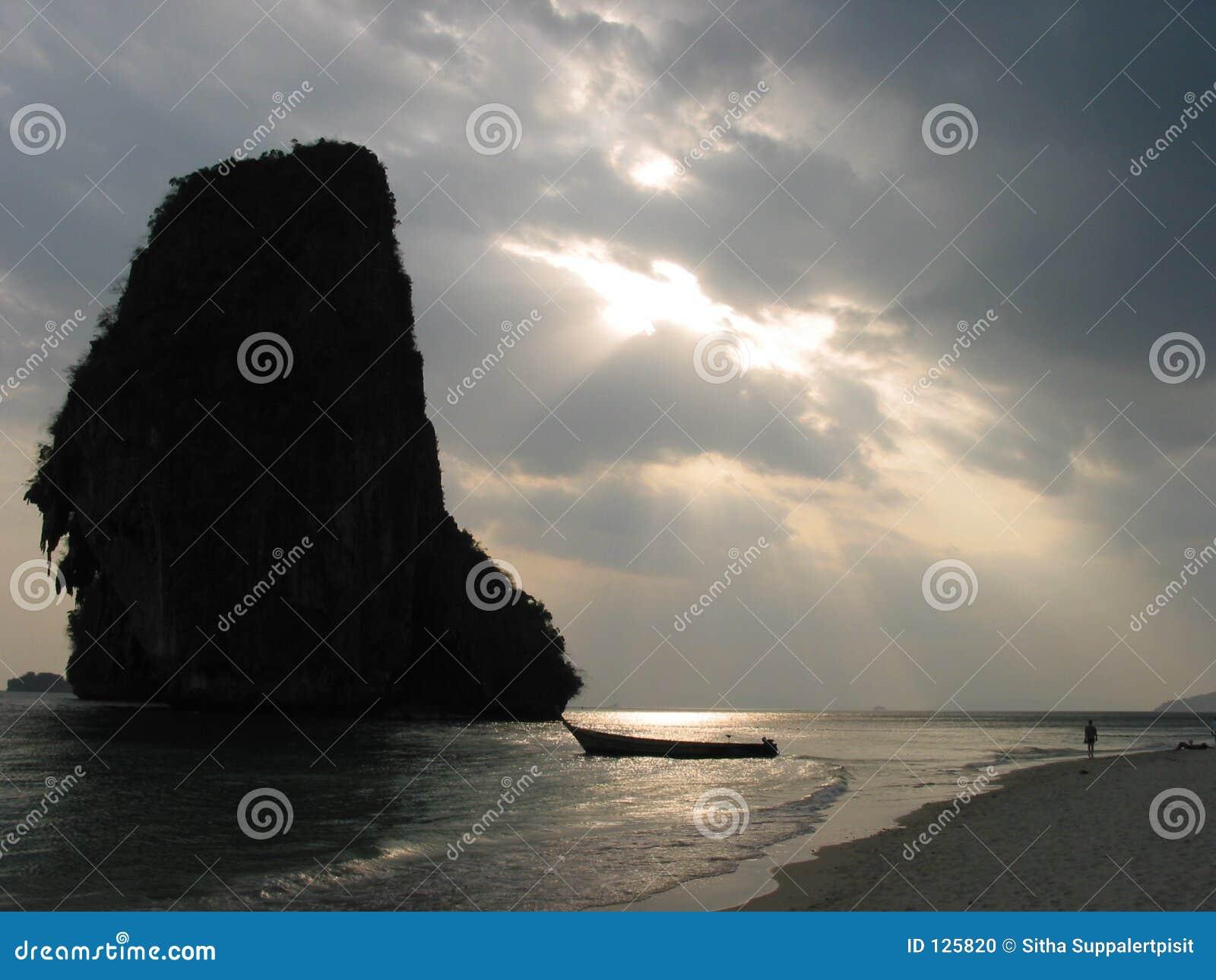 Tramonto alla spiaggia di Rai Leh, Krabi, Tailandia