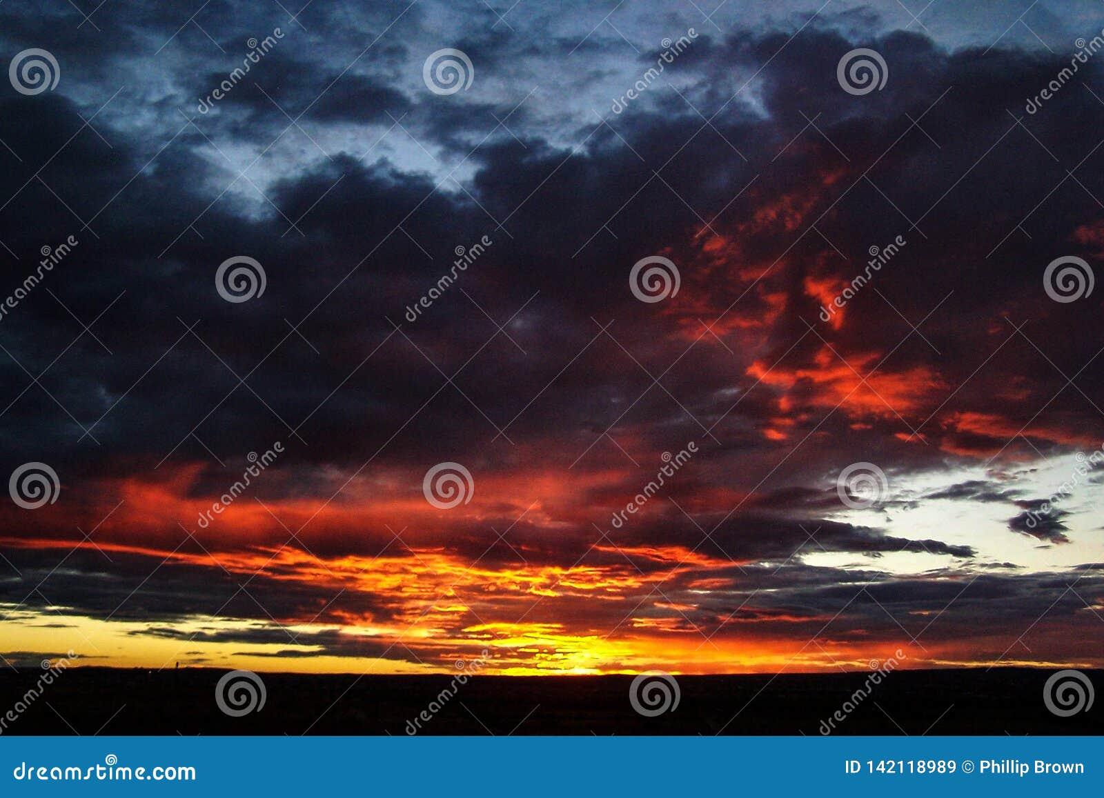 Tramonto cattivo del deserto di sud-ovest che accende le nuvole