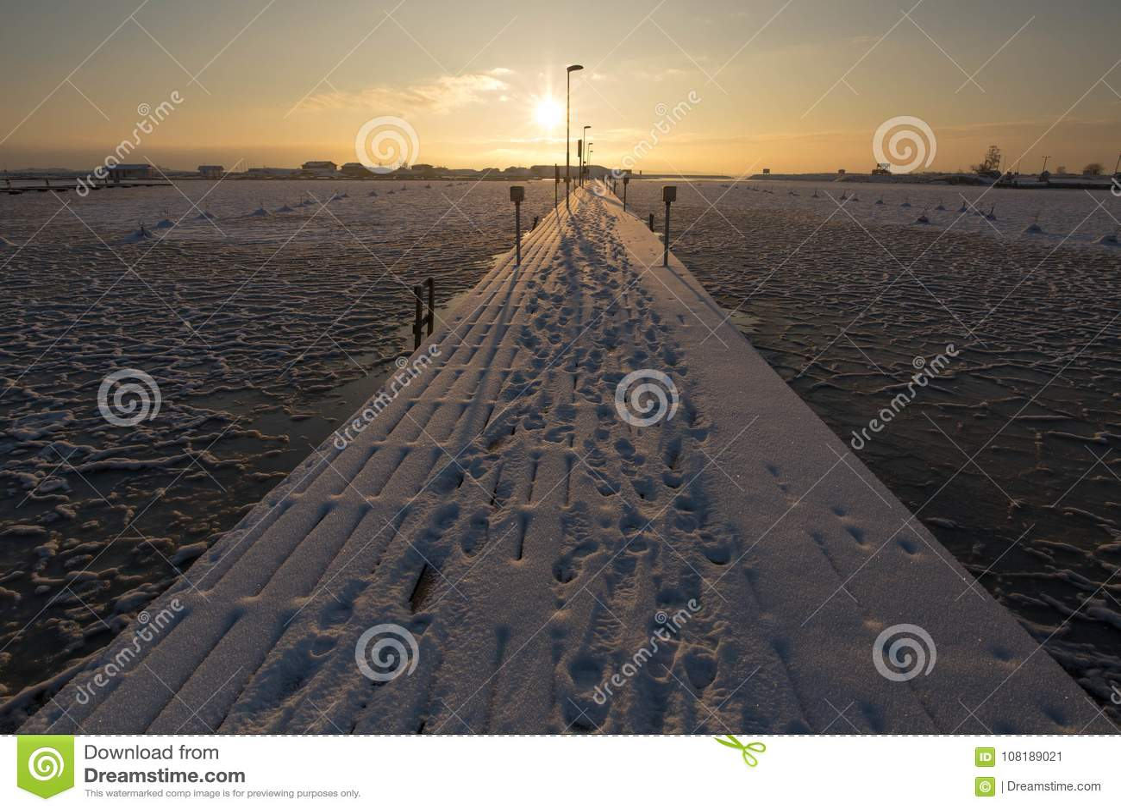 Tramonto dalla spiaggia, progetto di inverno del ghiaccio