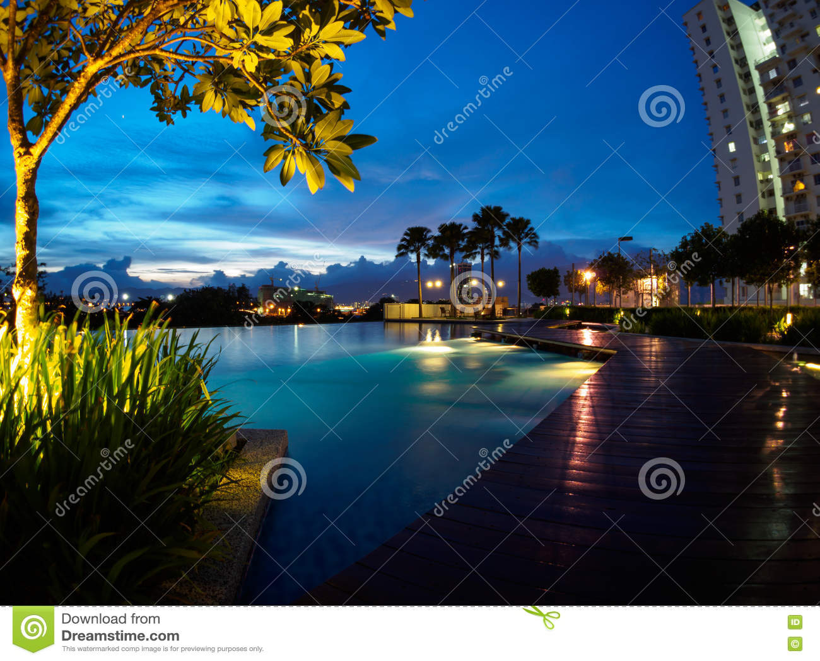 Tramonto del cielo blu della piscina a Butterworth, Penang, Malesia