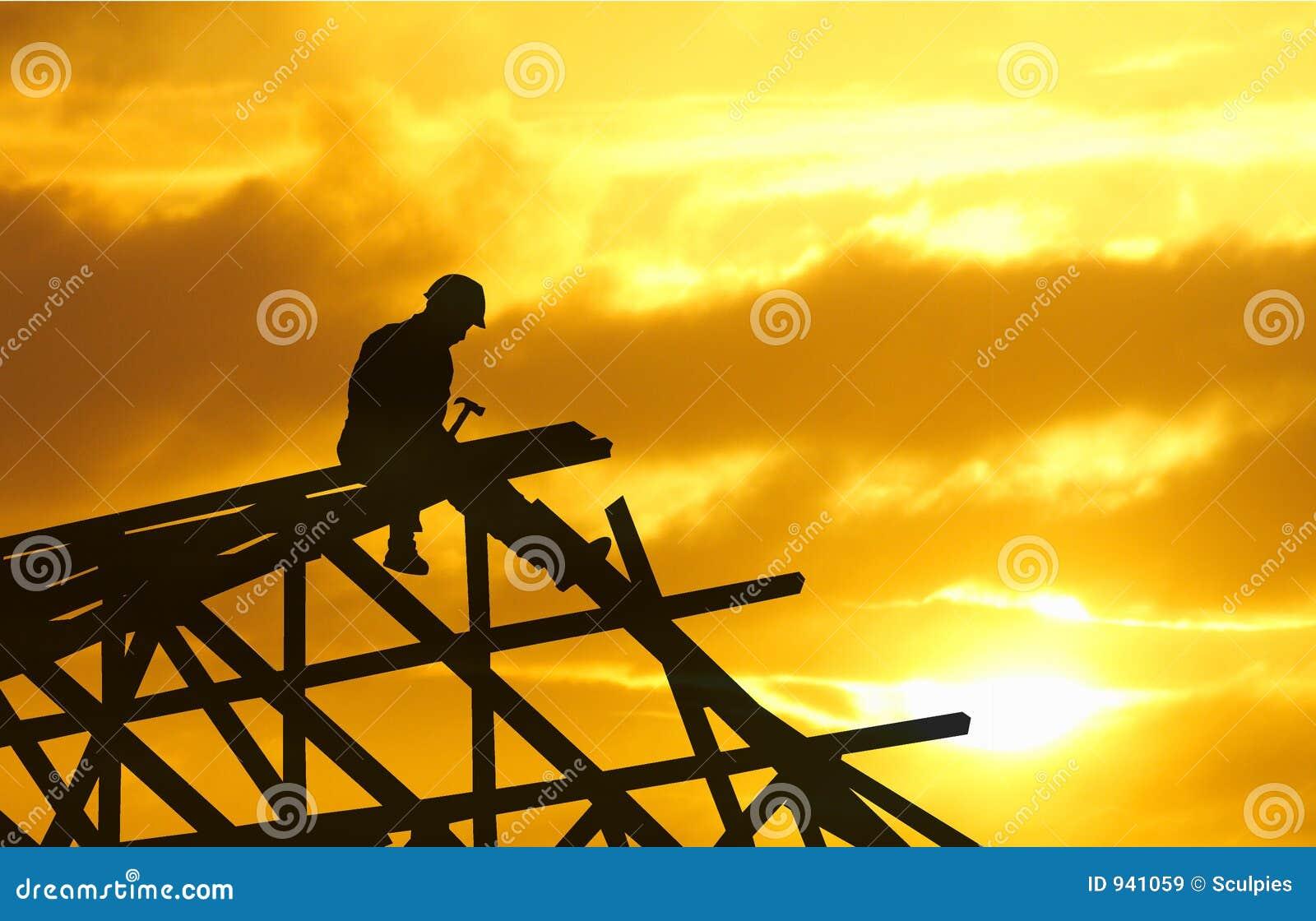 Tramonto della siluetta del Roofer