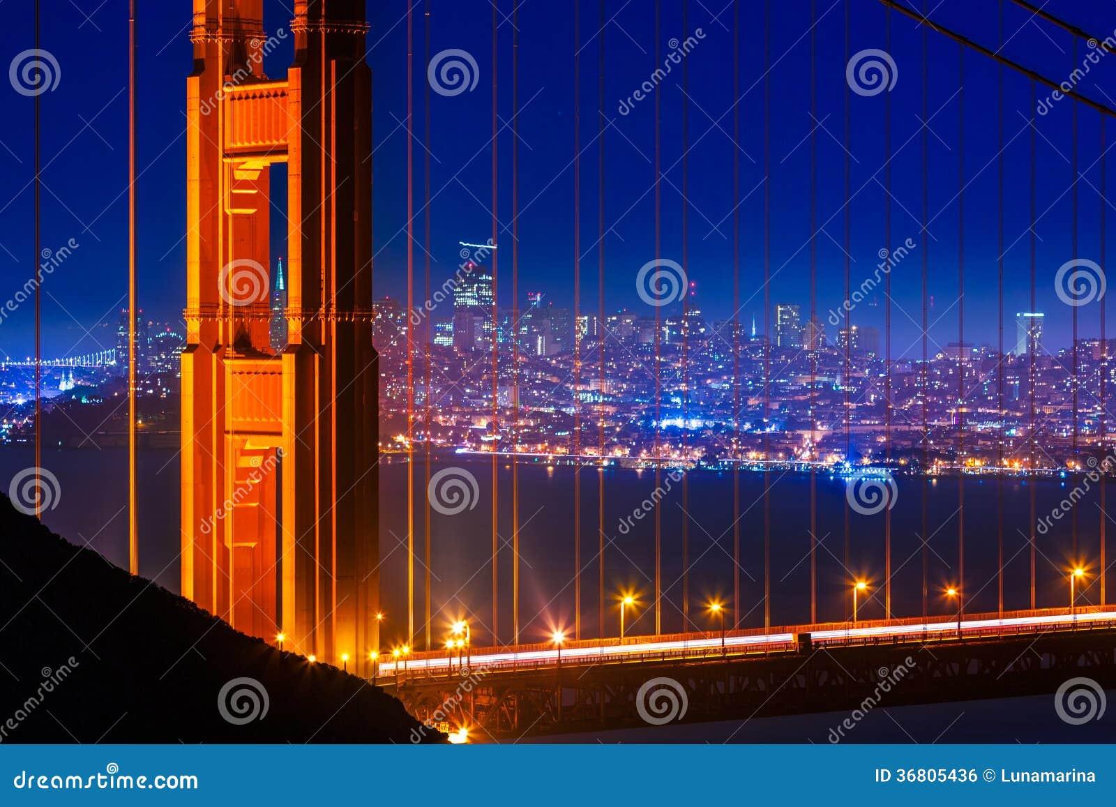 Tramonto di golden gate bridge San Francisco attraverso i cavi