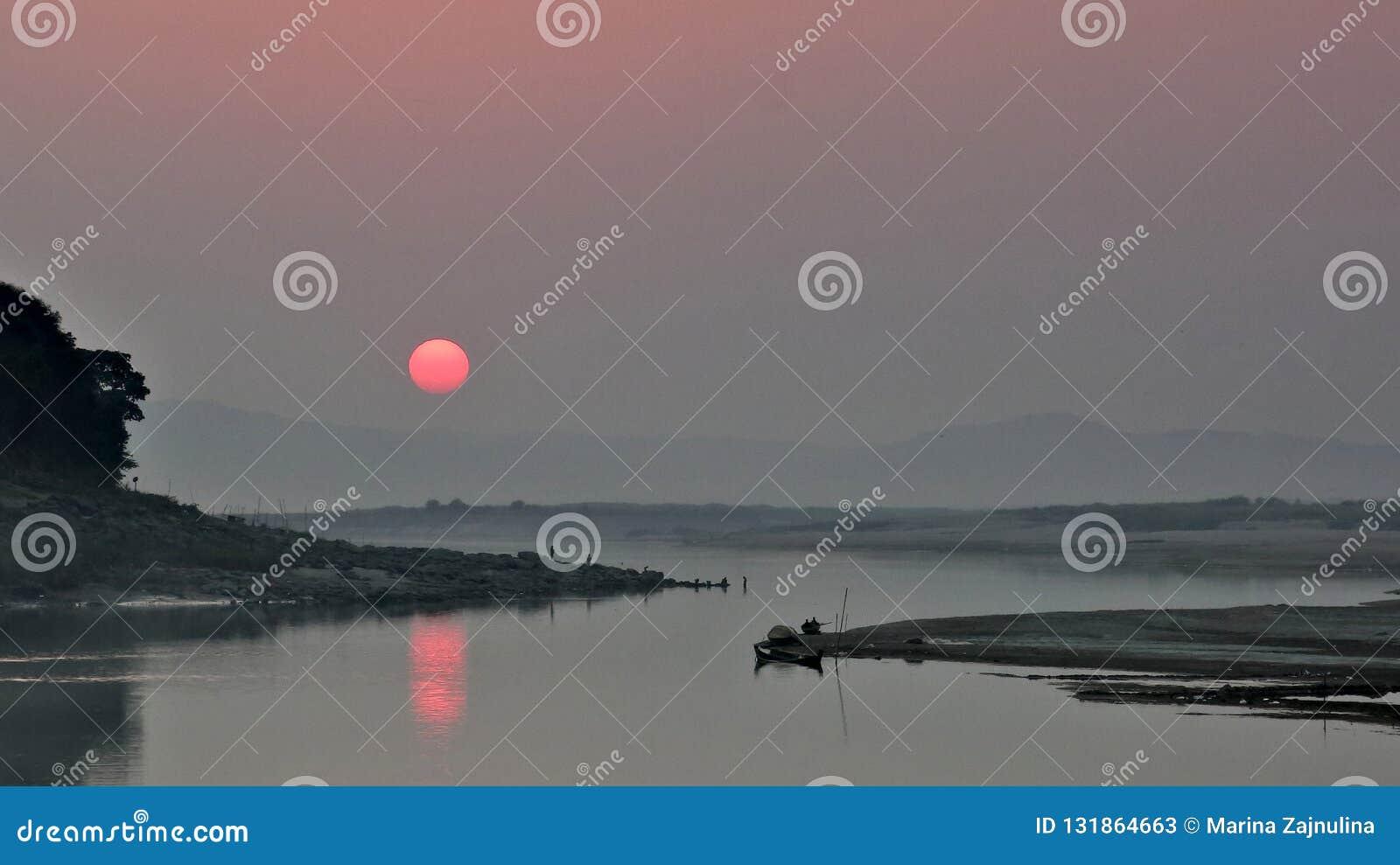Tramonto di Irrawaddy in unione del Myanmar