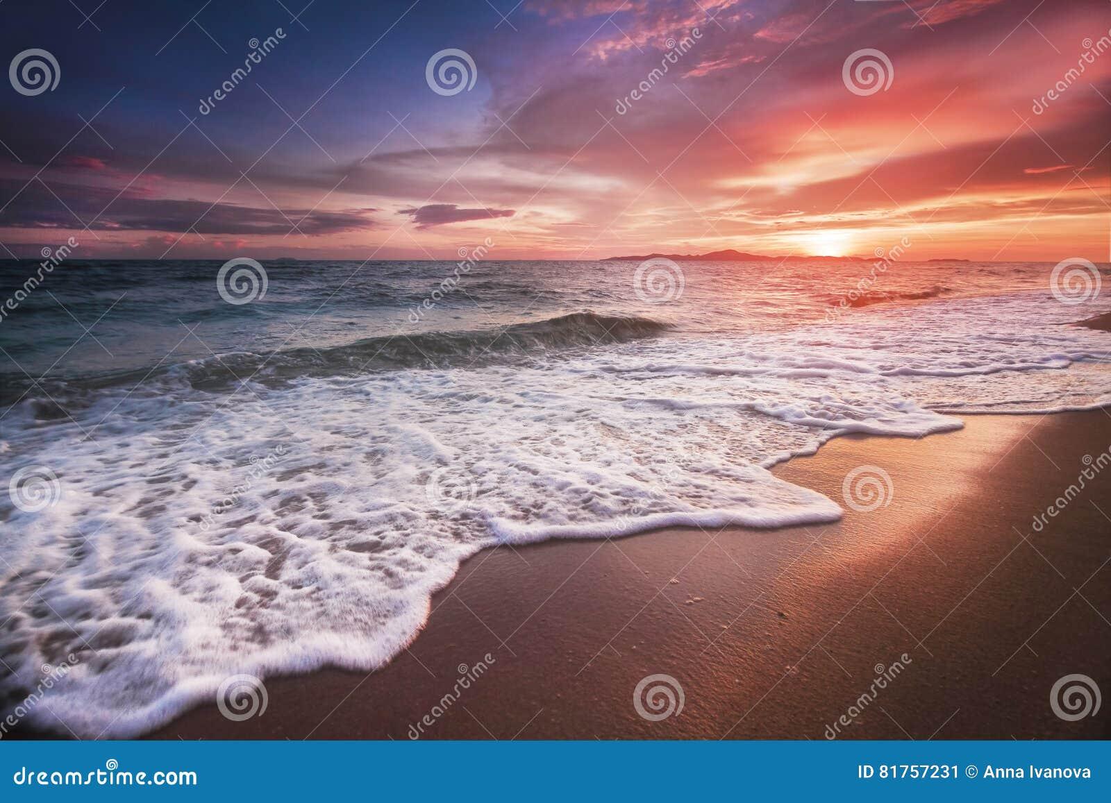 Tramonto incredibilmente bello sulla spiaggia in Tailandia Sun, cielo, mare, onde e sabbia Una festa dal mare