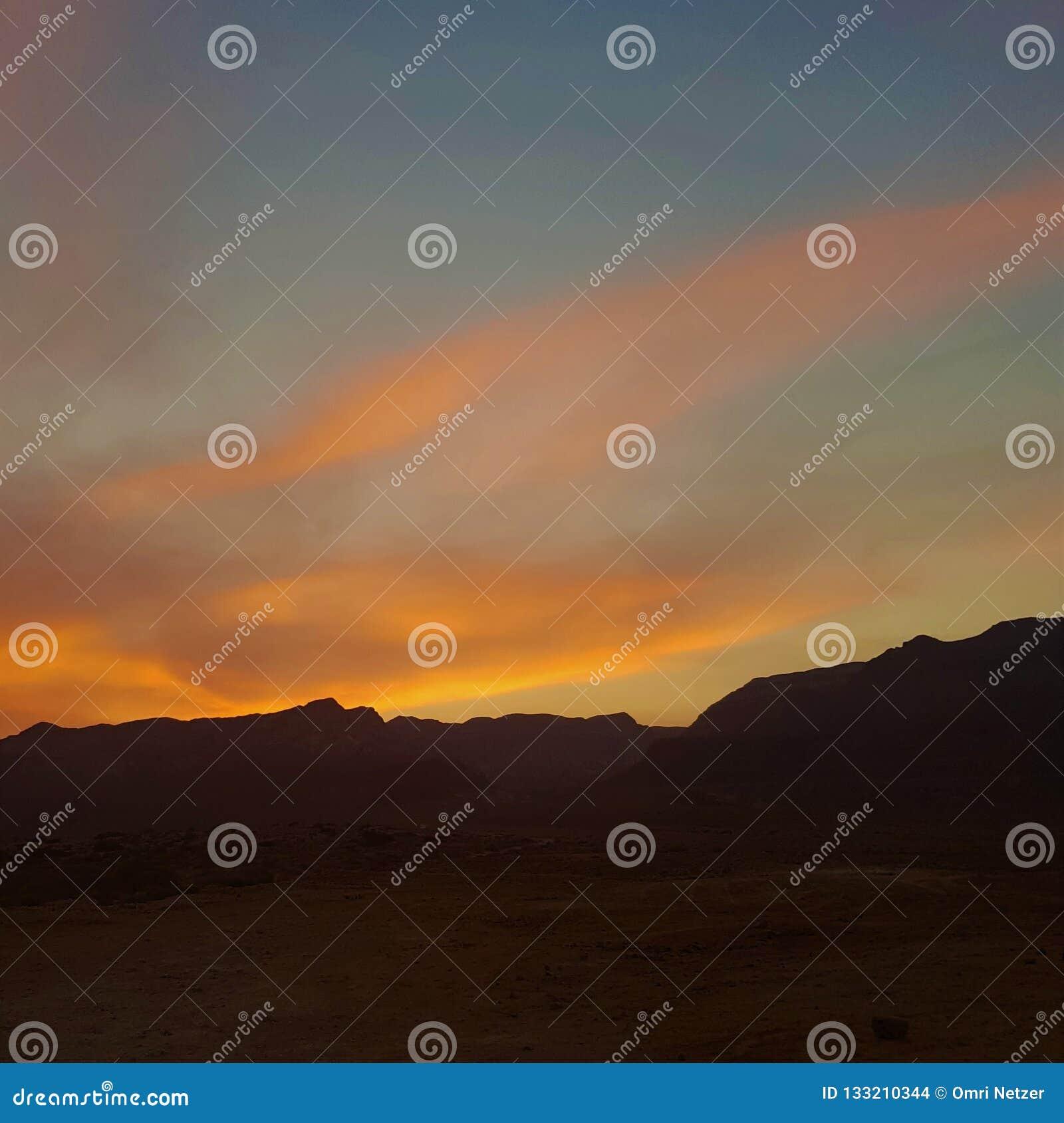 Tramonto nelle montagne del deserto