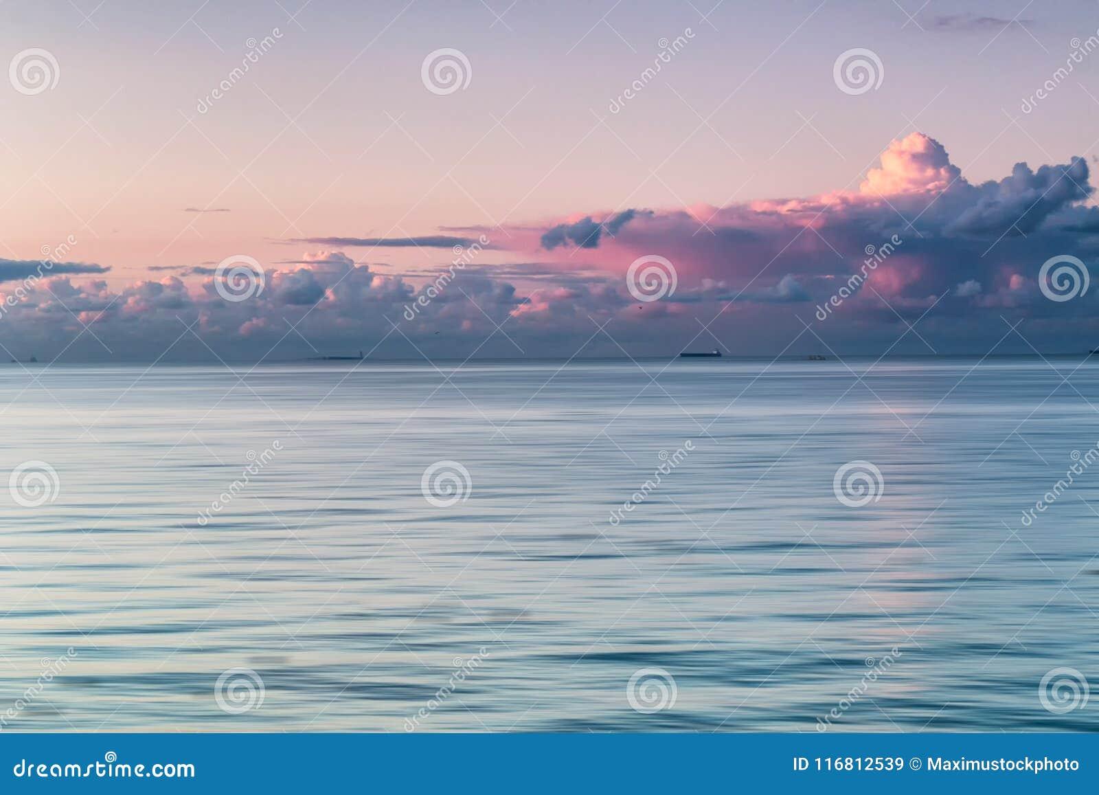 Tramonto nuvoloso sul Mar Baltico Con le navi sull orizzonte