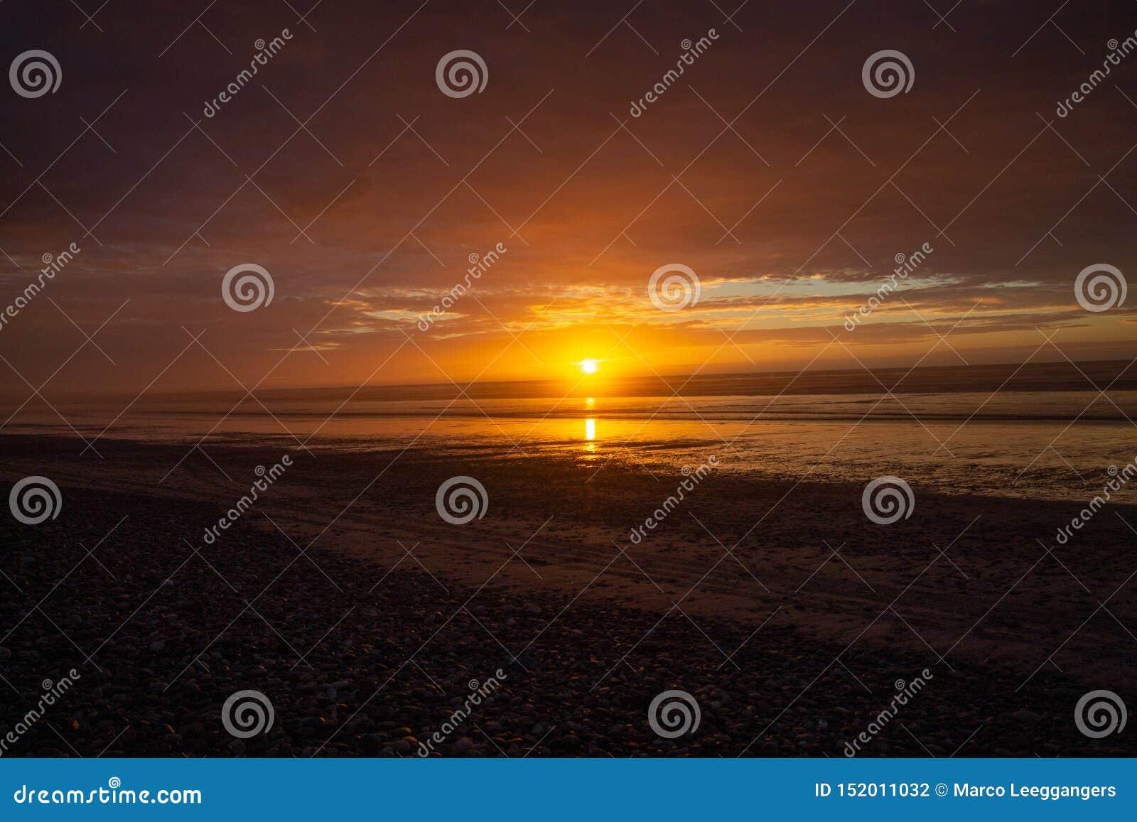 Tramonto o alba su una spiaggia in Granity