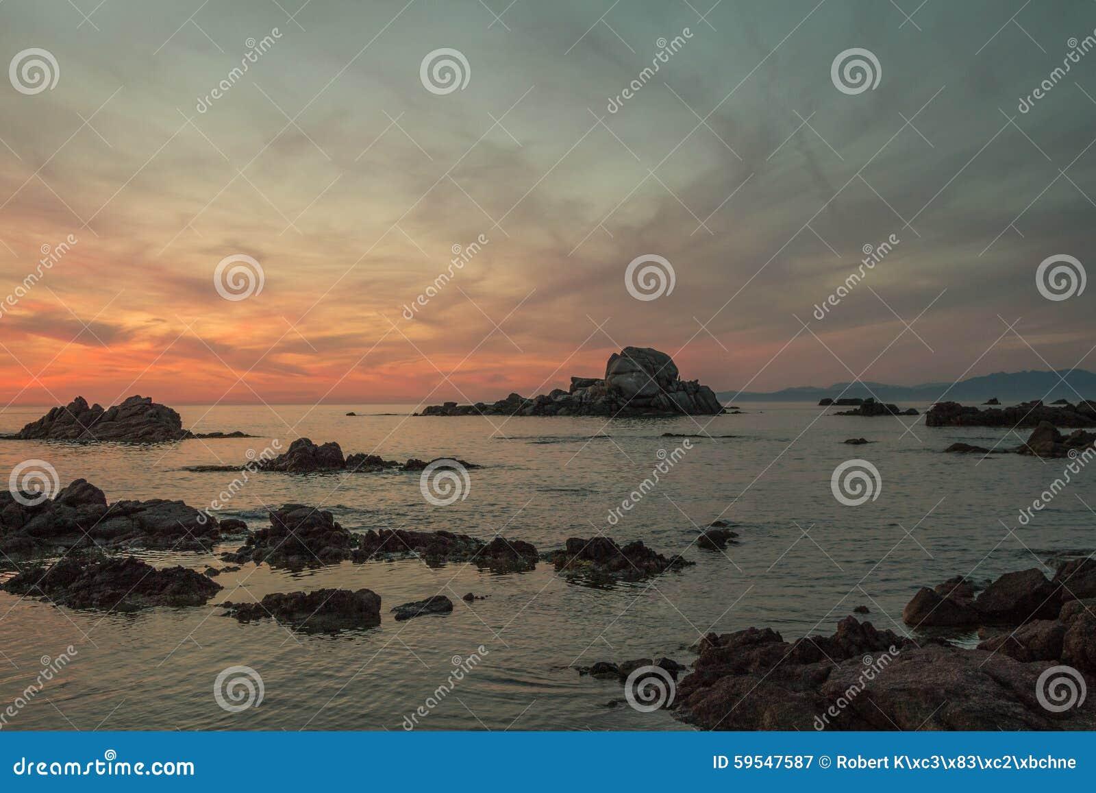 Tramonto romantico alla spiaggia della sardegna foto stock - Alla colorazione della spiaggia ...