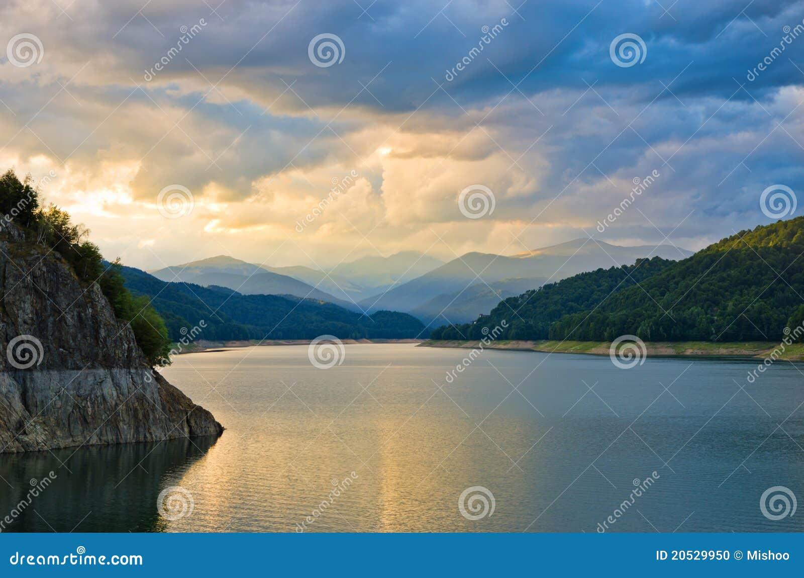 Tramonto sopra il lago della montagna