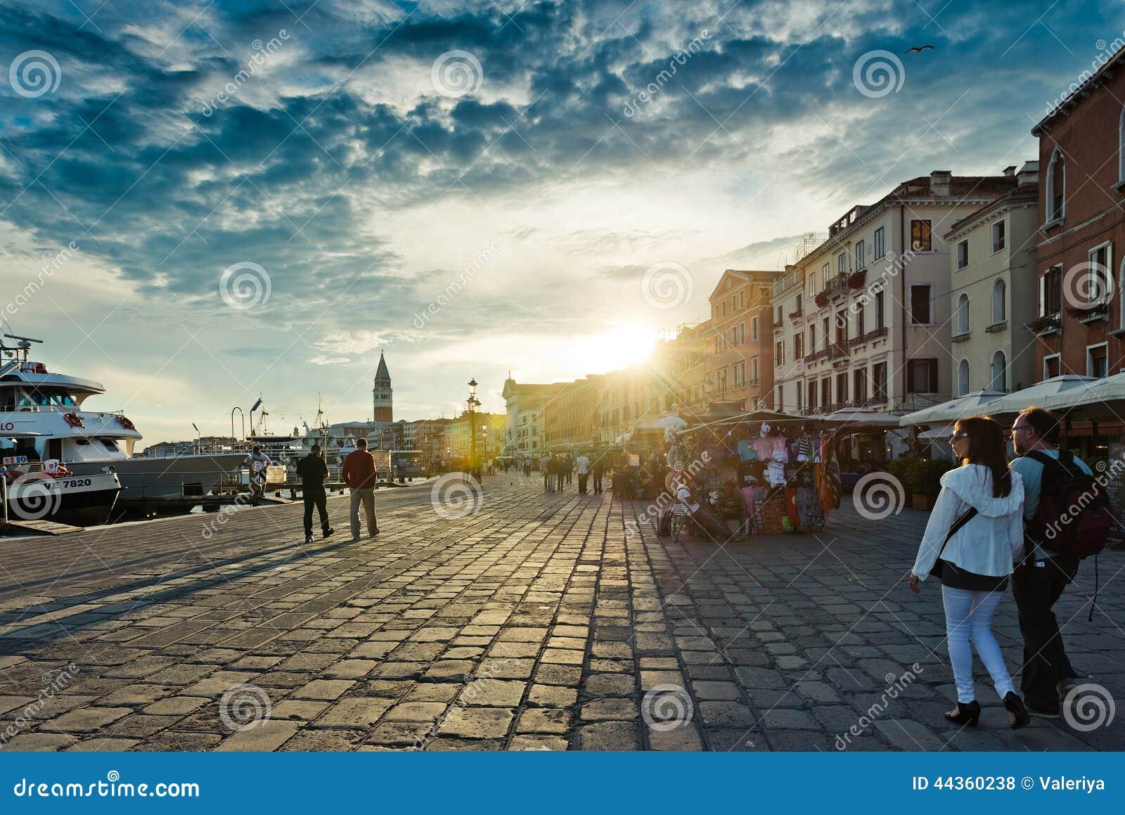 Tramonto sopra l argine a Venezia Venezia è una della maggior parte del popu