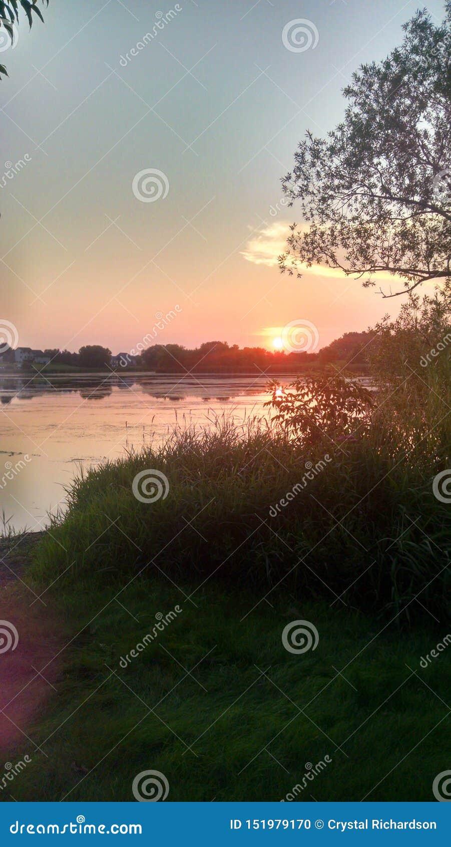 Tramonto sopra un fiume pigro