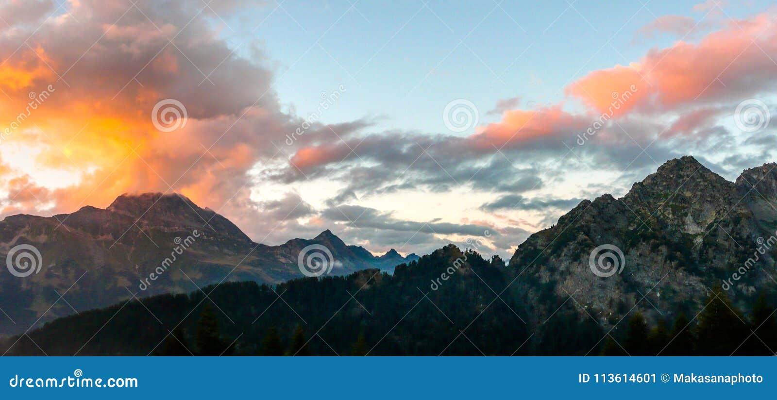 Tramonto sopra un paesaggio fantastico della montagna nelle alpi svizzere