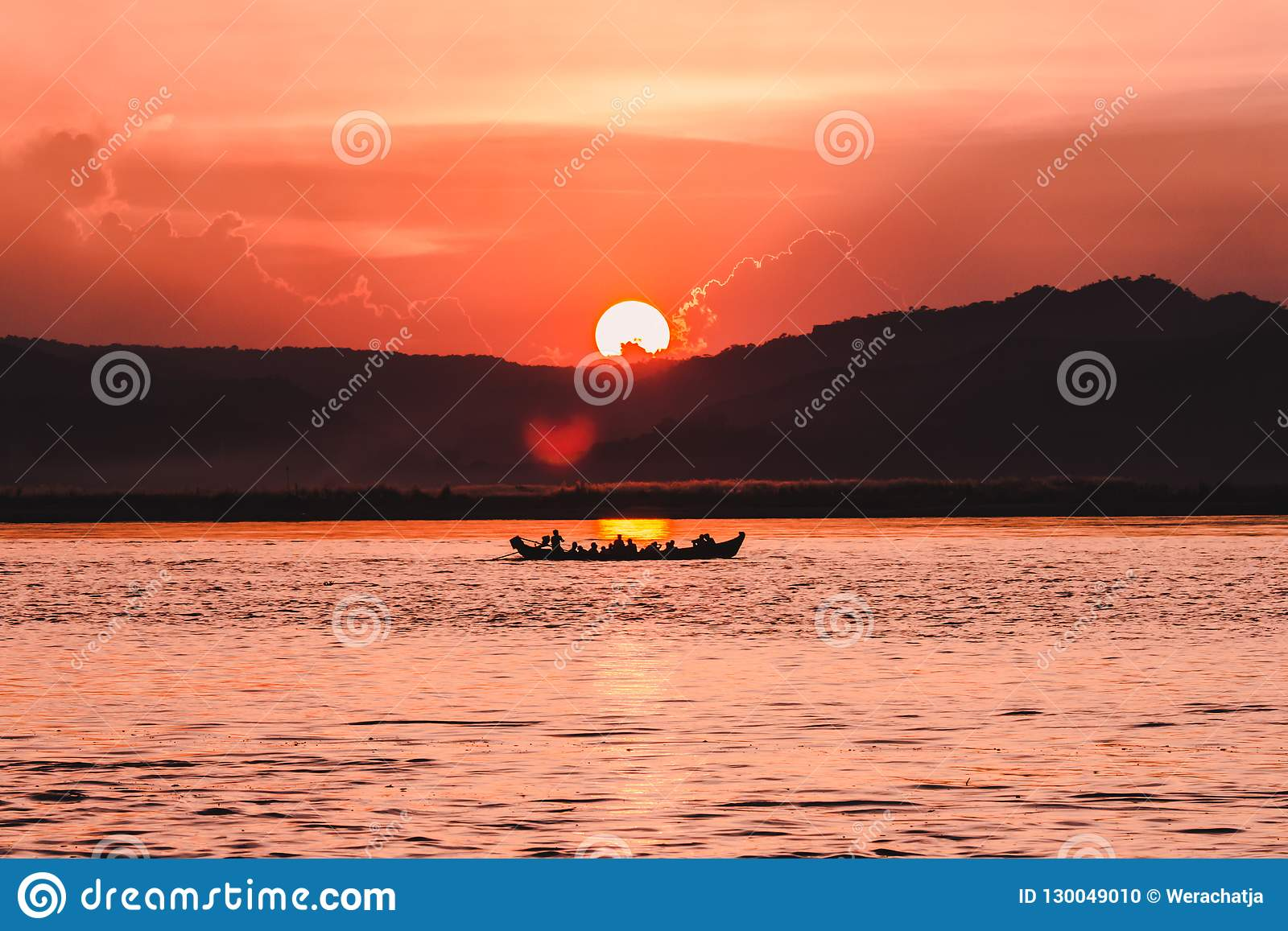 Tramonto sul fiume di Irrawaddy