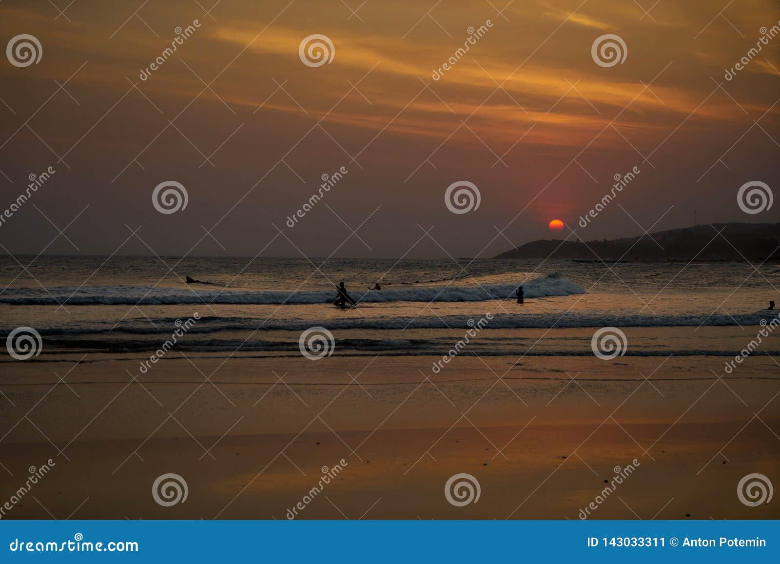 Tramonto sulla spiaggia del Vietnam colore arancio del cielo, delle colline e della gente, che si incontrano la sera