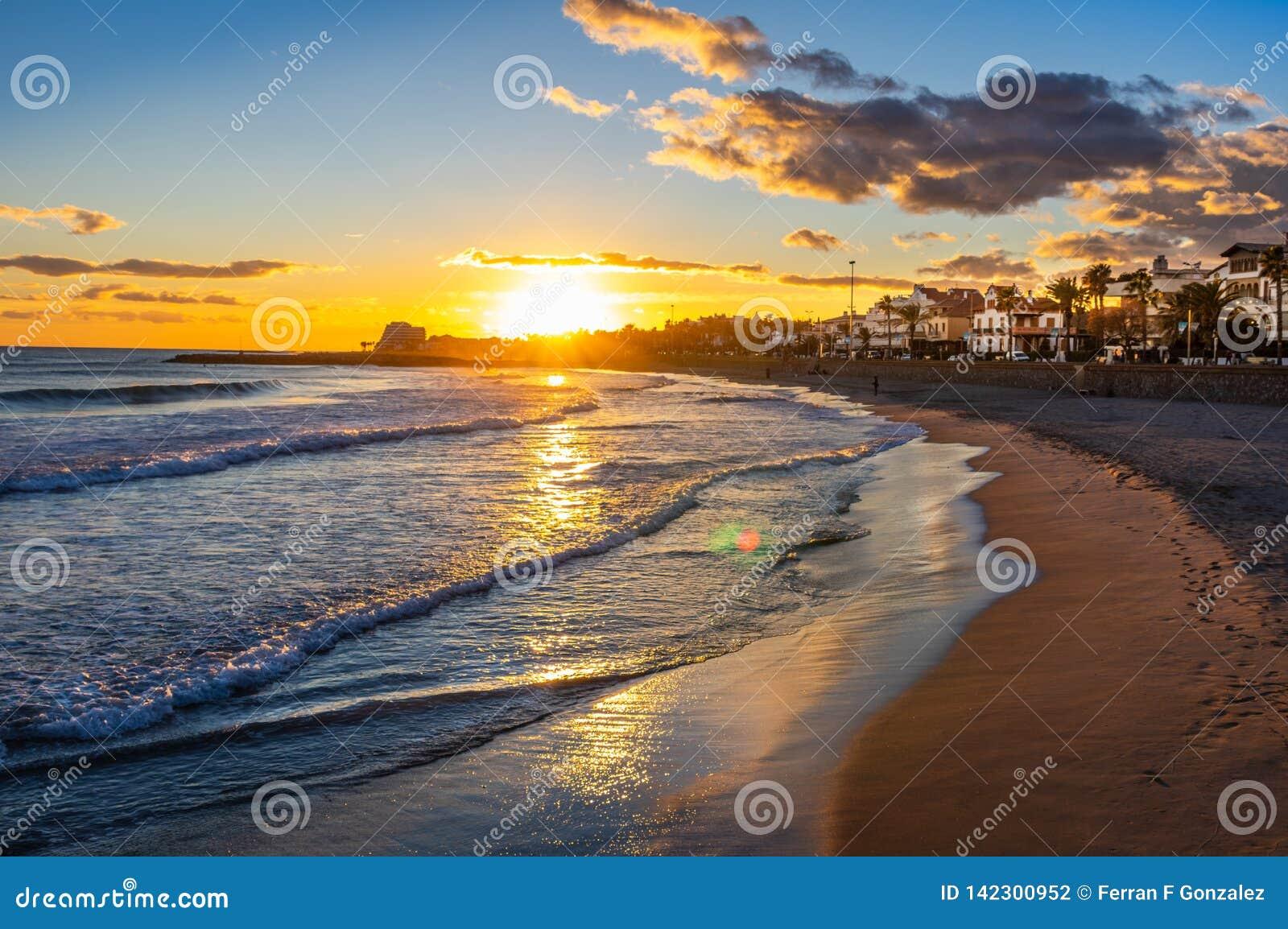Tramonto sulla vacanza nel Mediterraneo Ora dorata dal mare Sitges, Spagna