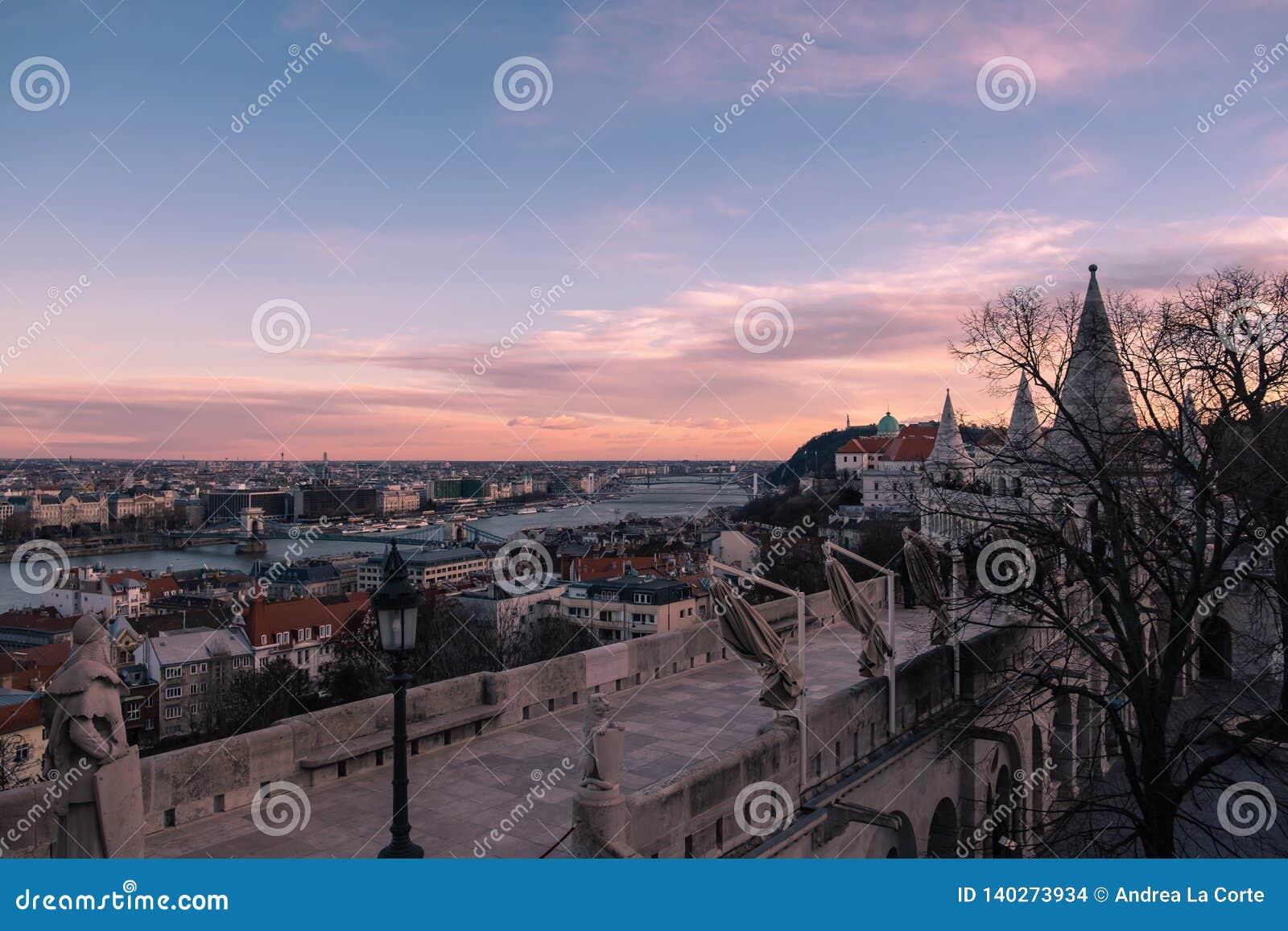 Tramonto superbo di Budapest con il cielo arancio