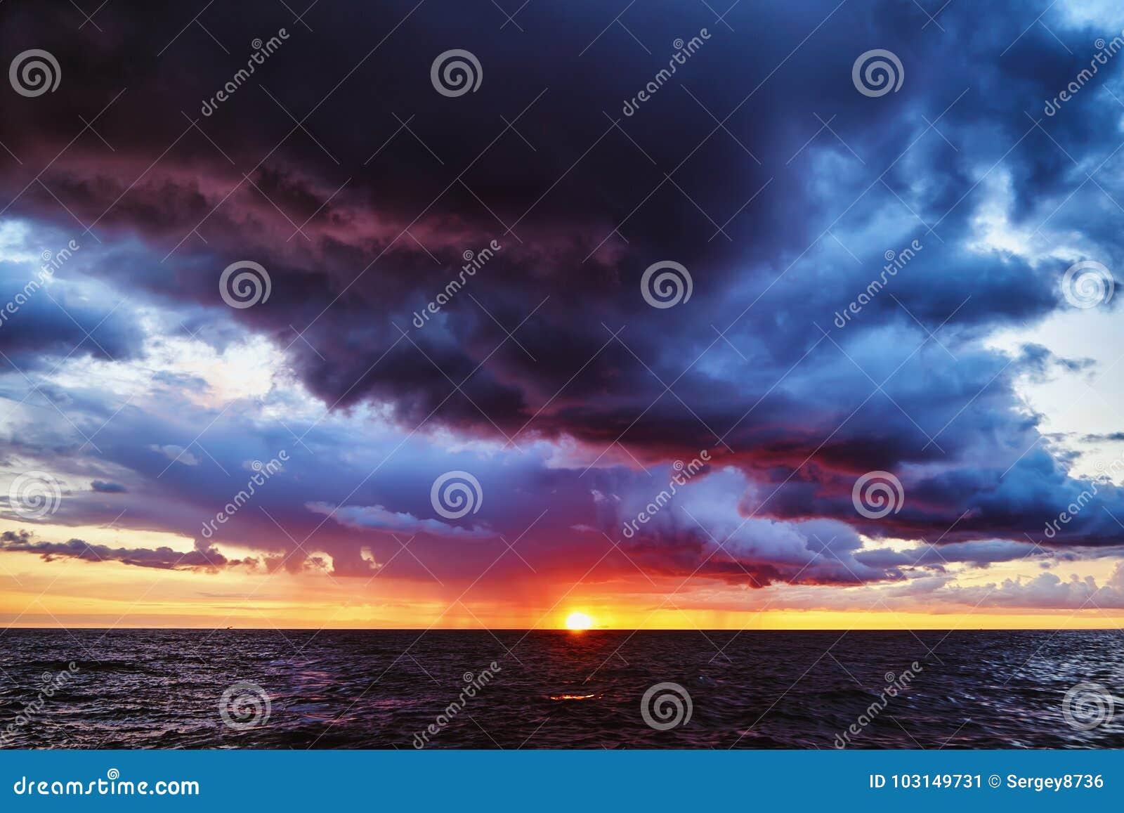 Tramonto tempestoso fantastico sul Mar Baltico