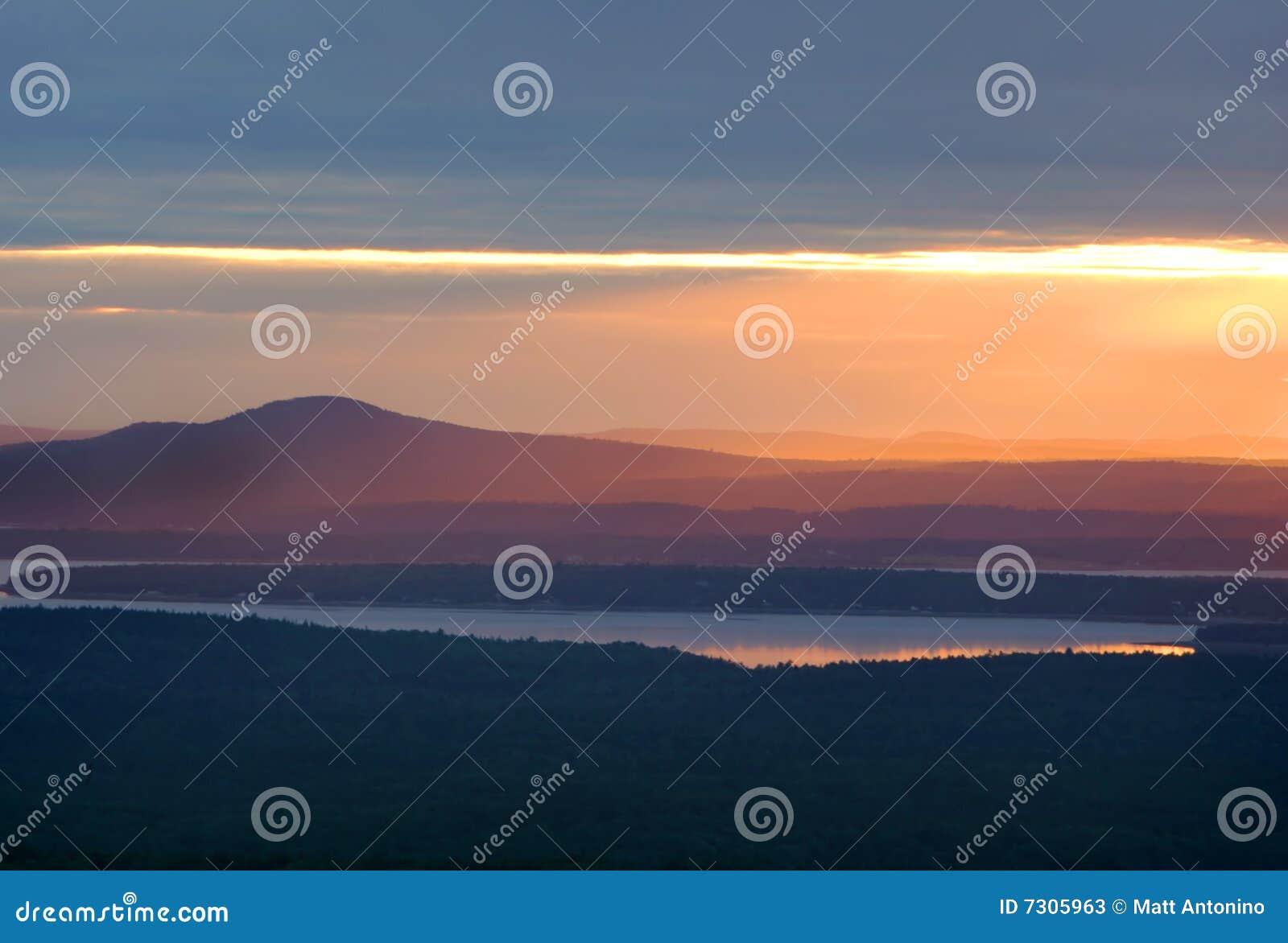 Tramonto variopinto della montagna