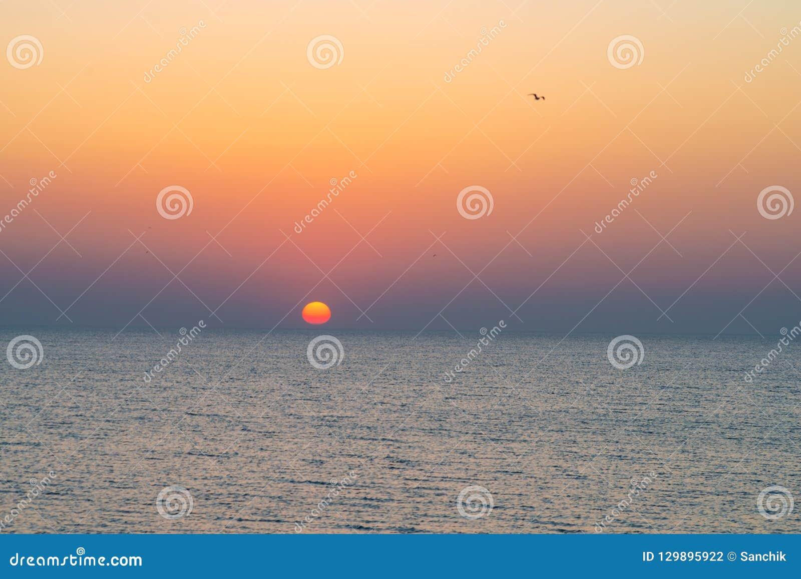 Tramonto variopinto di stupore sopra il mare