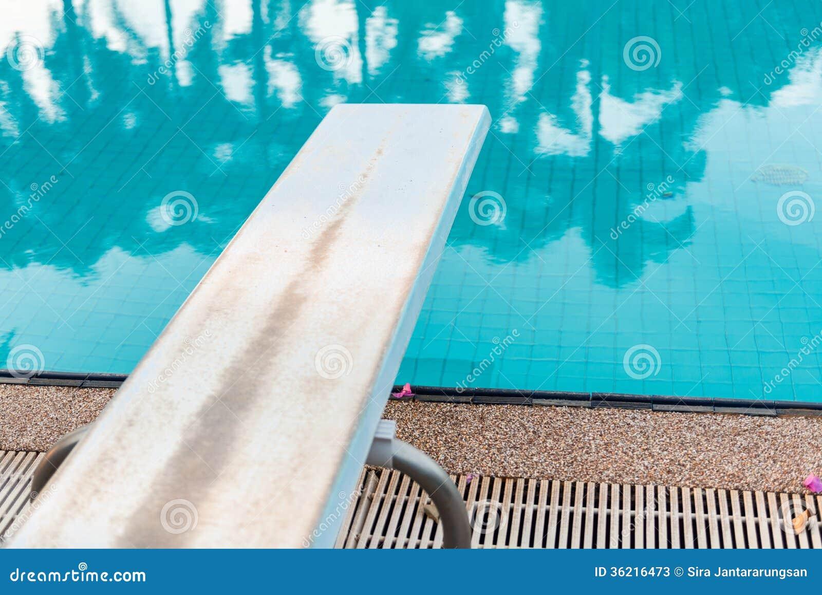 Trampol n a zambullirse en la piscina fotos de archivo for Trampolin para piscina