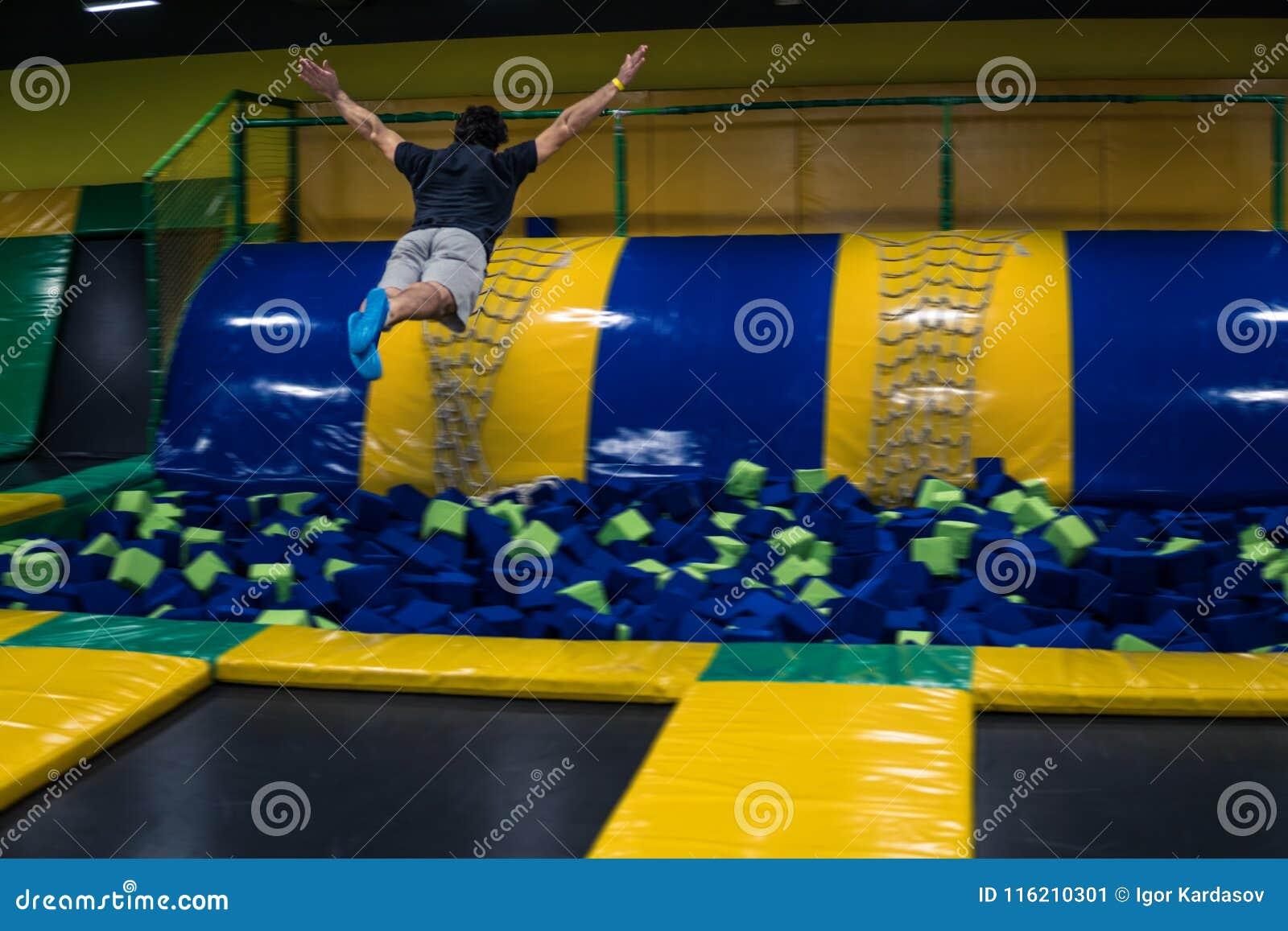 Trampolinepullover führt akrobatische Übungen auf der Trampoline durch