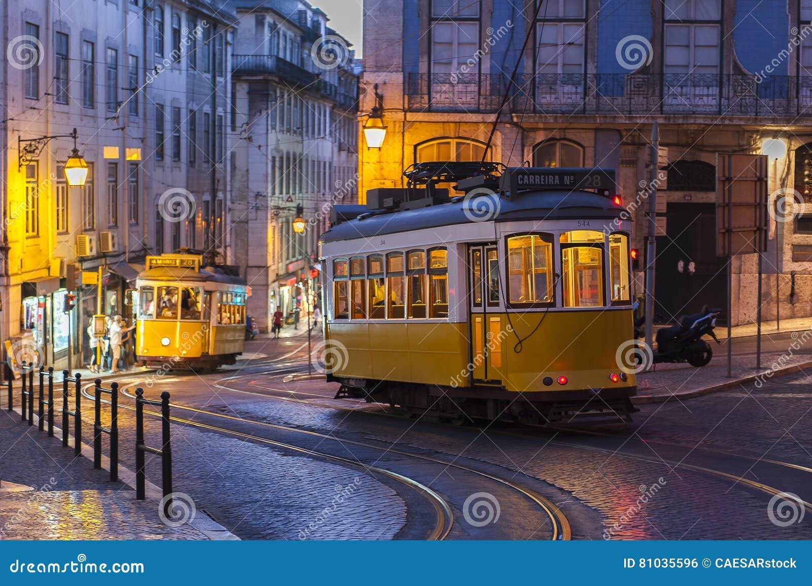 Tramwajowy samochód na ulicie przy wieczór w Lisbon, Portugalia