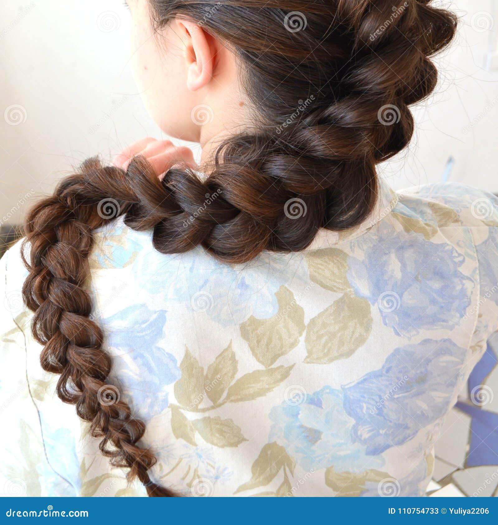 Trança francesa a céu aberto, penteado com comprimento longo do cabelo