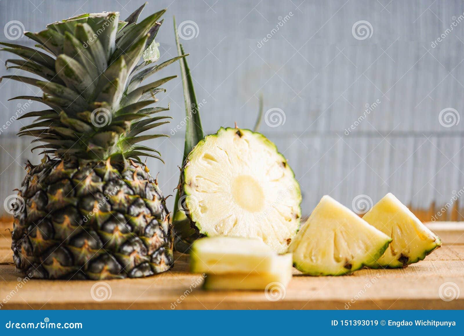 Tranche d ananas sur la table en bois - fruit frais d été d ananas