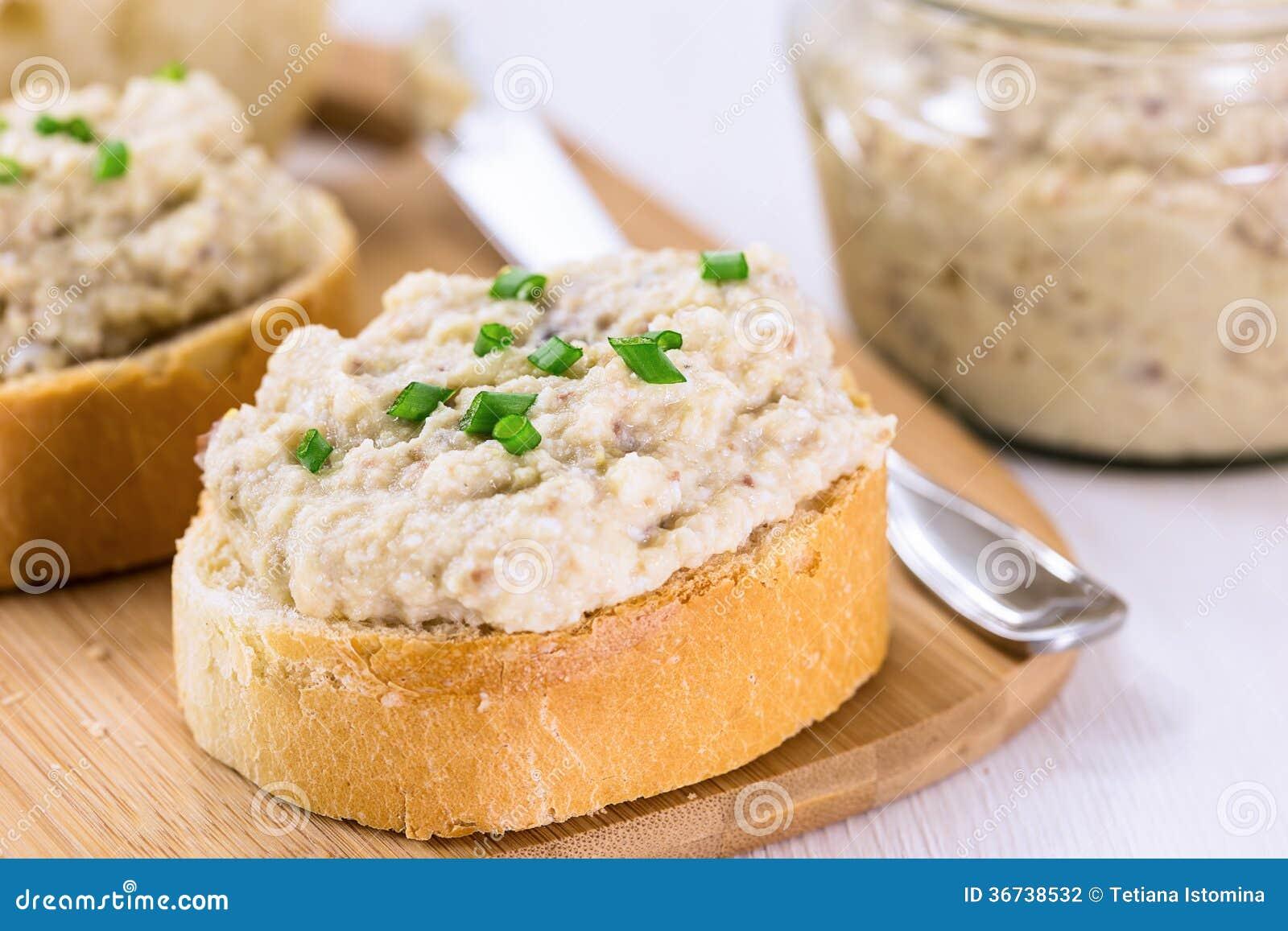 Tranche de baguette grillée avec le pâté crémeux