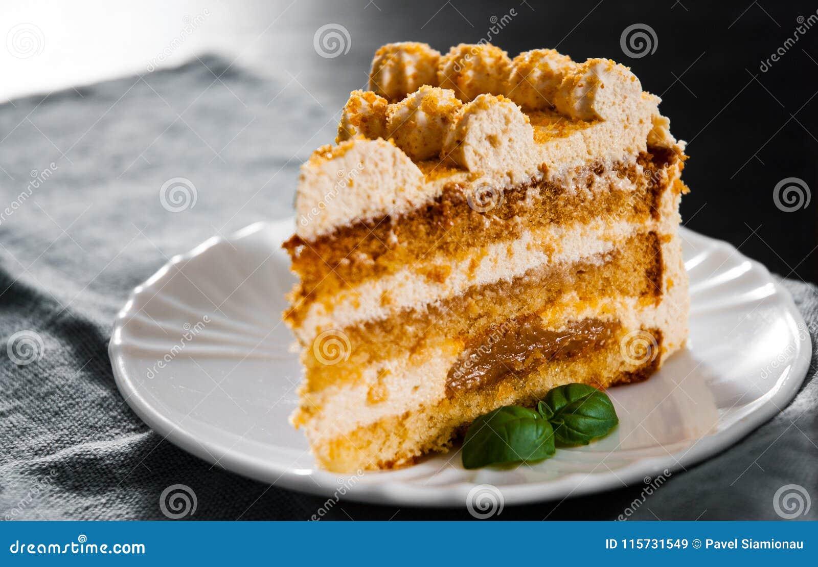 Tranche de gâteau de miel posé dans un plat