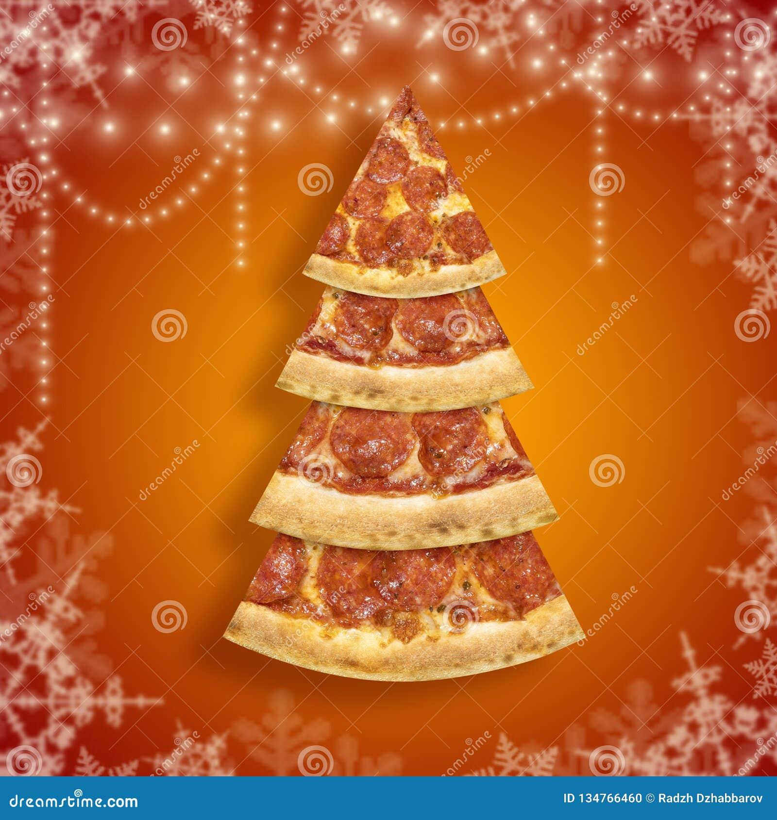Tranche de pizza de Noël dans la forme de l arbre de Noël avec le flocon de neige sur le fond orange Pizza d affiche de nouvelle