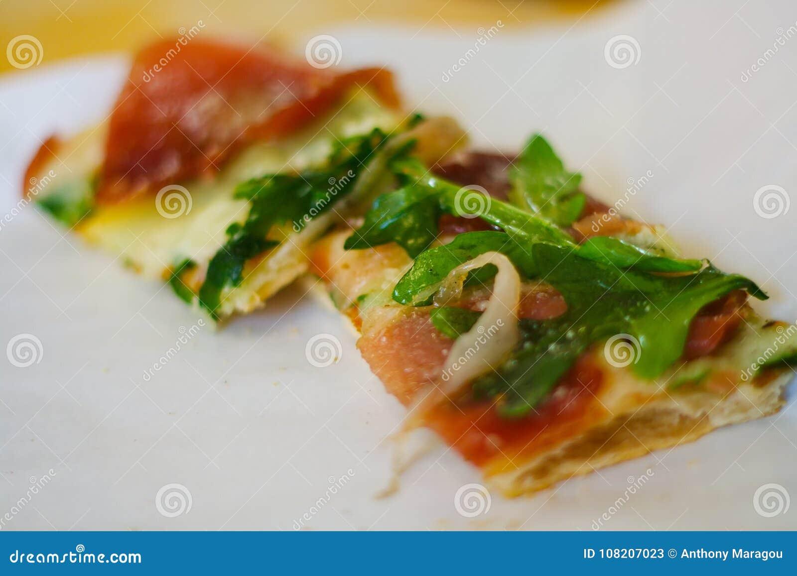 Tranche de pizza de plat