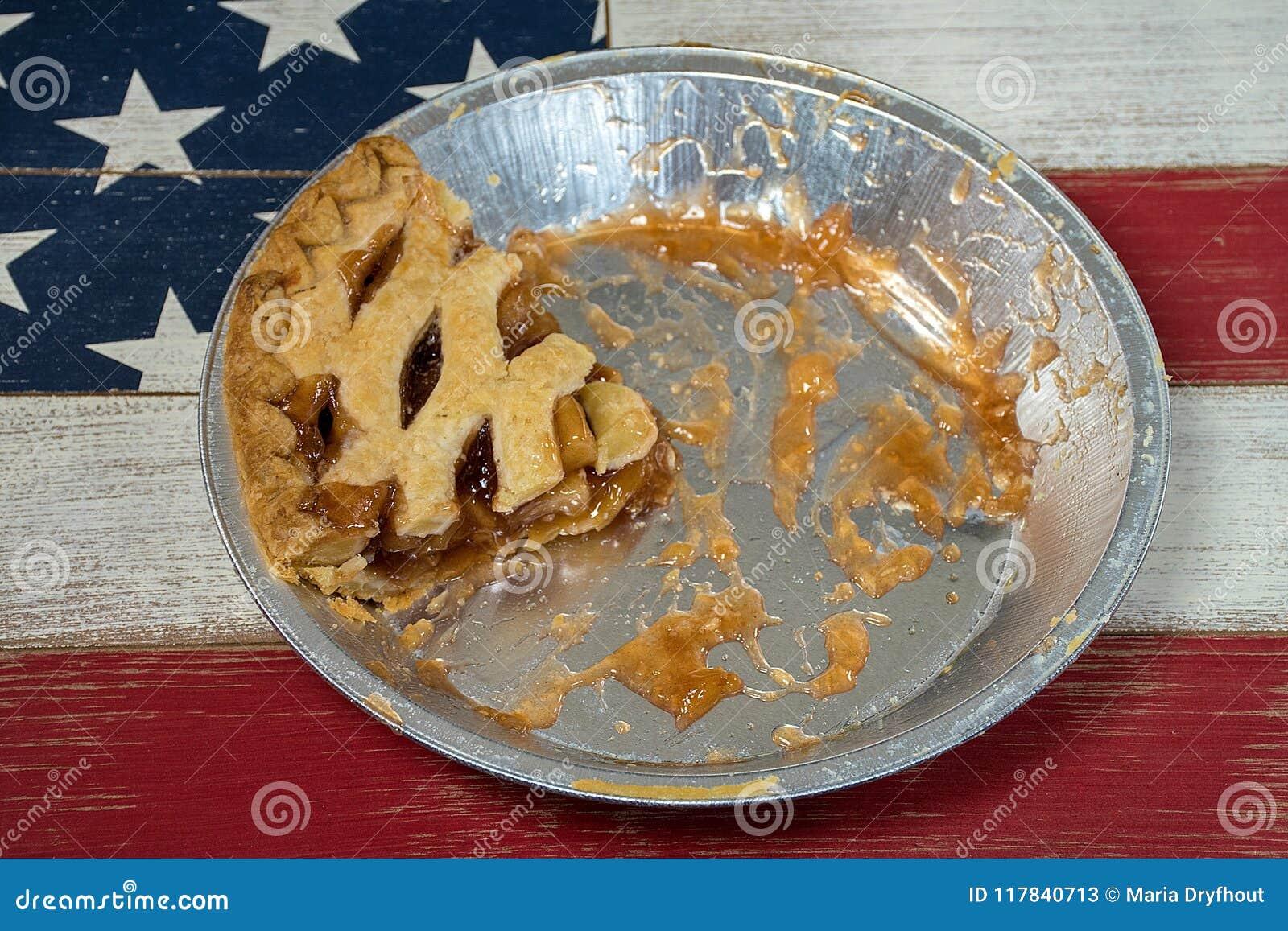 Tranche de tarte aux pommes dans la casserole en aluminium