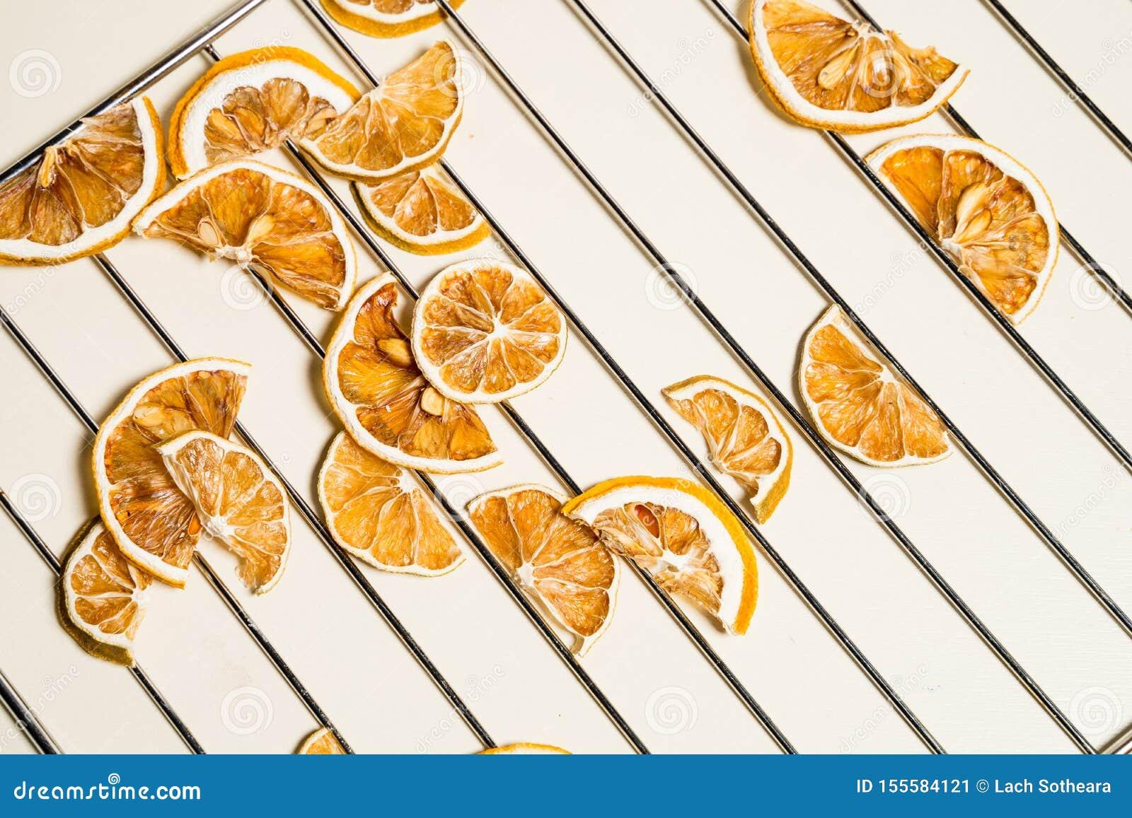Tranche sèche de citron d isolement sur la table blanche empilée ensemble