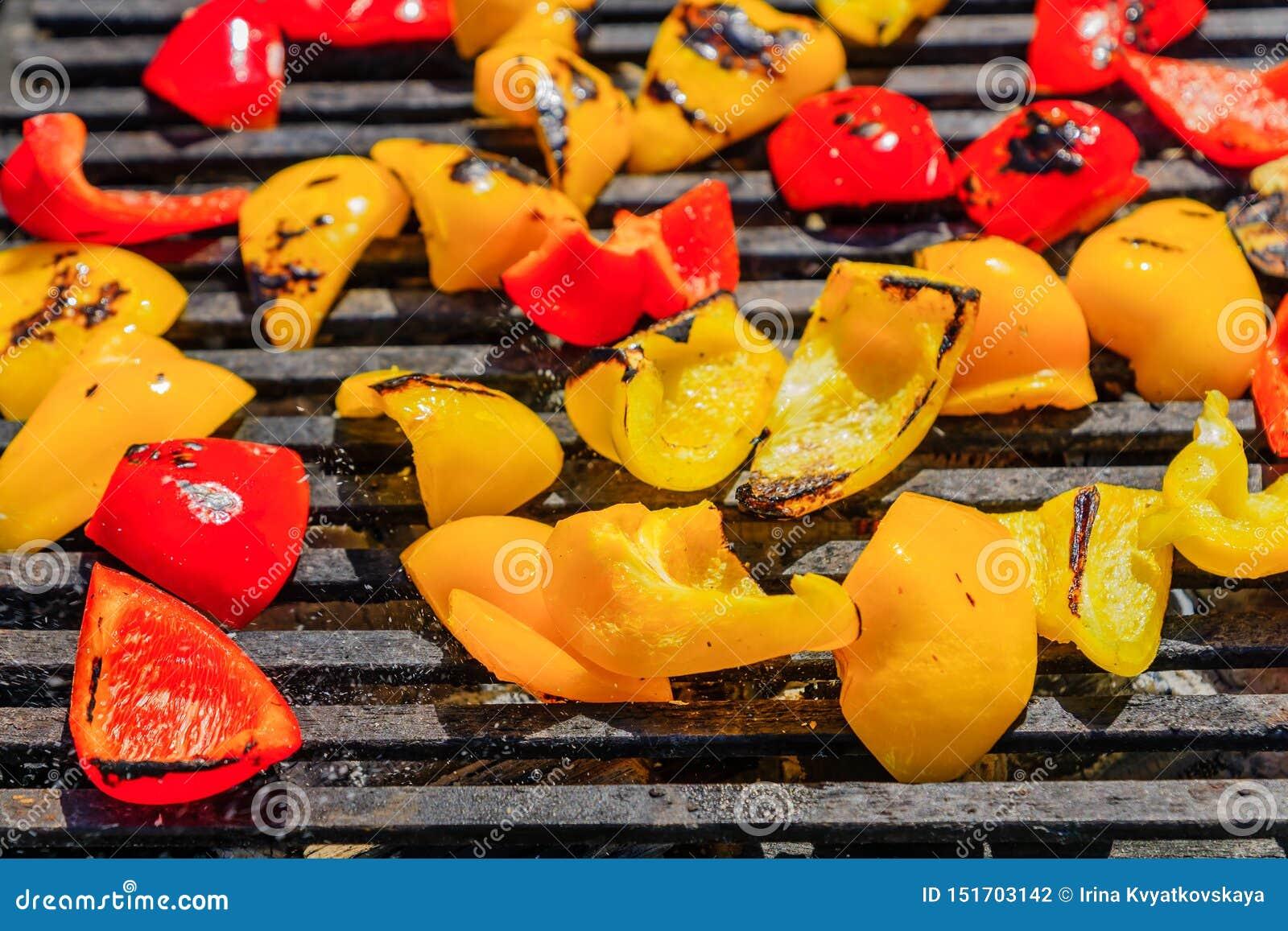 Tranches cuites au four de poivre rouge et jaune, cuites sur le gril, plan rapproché de nourriture de rue Le paprika a fait frire