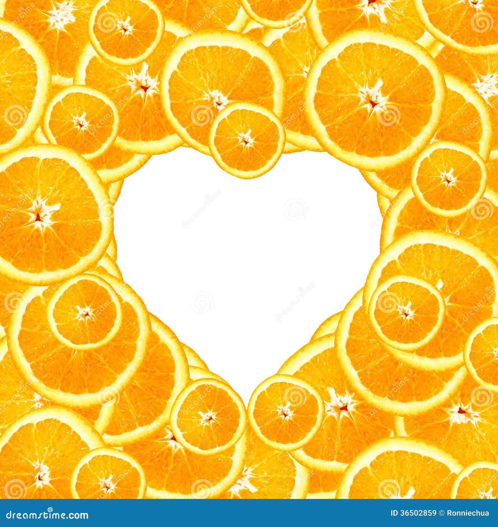 Tranches d orange douce à un arrière-plan de coeur
