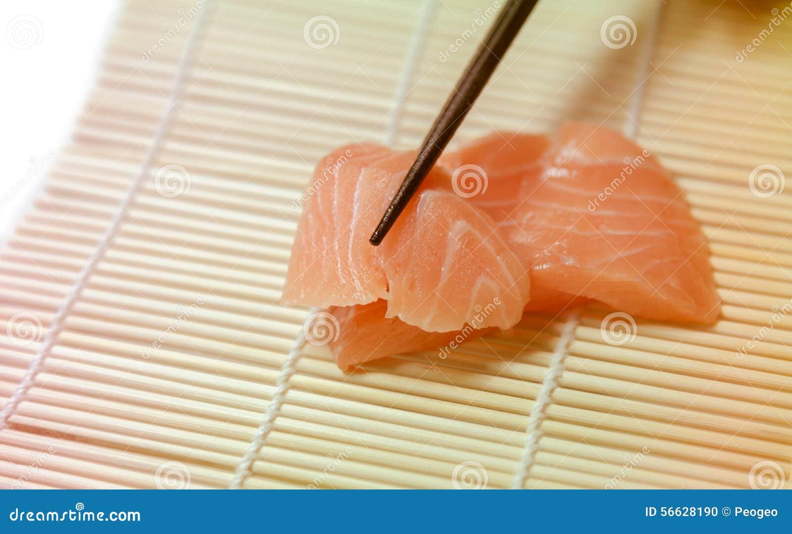 Tranches de sashimi saisies avec le plan rapproché de baguettes
