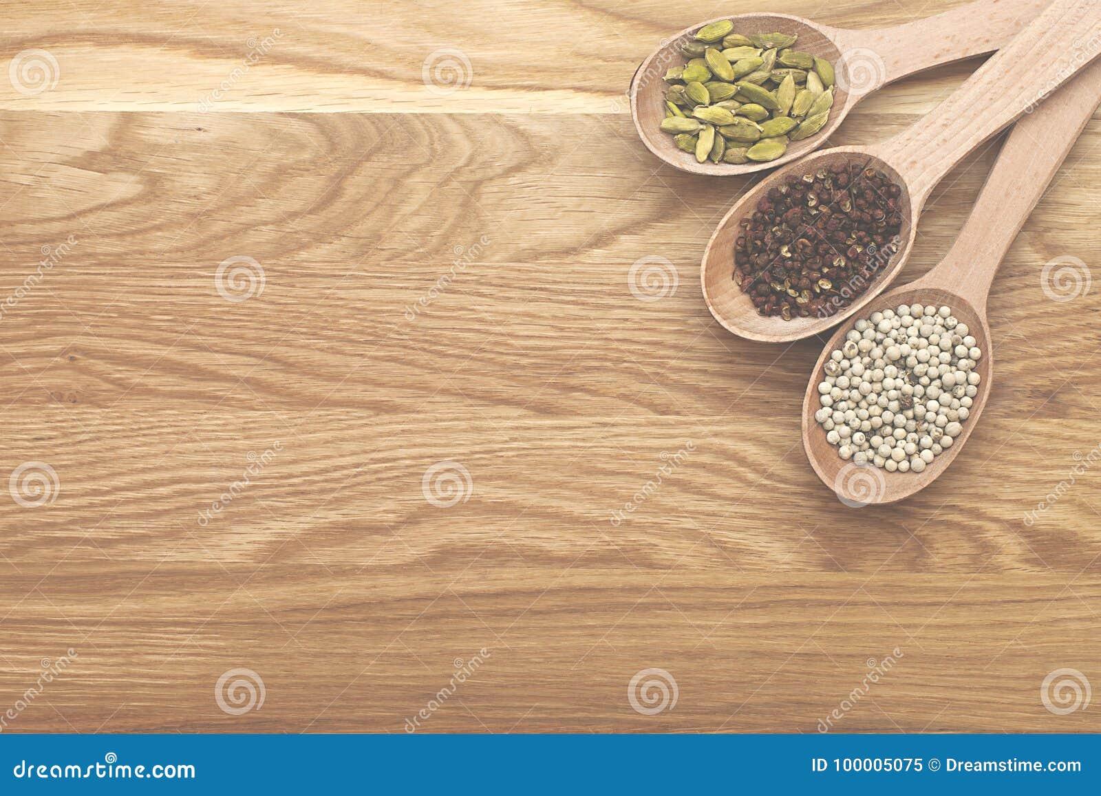 Tranches en bois avec des épices sur un conseil en bois