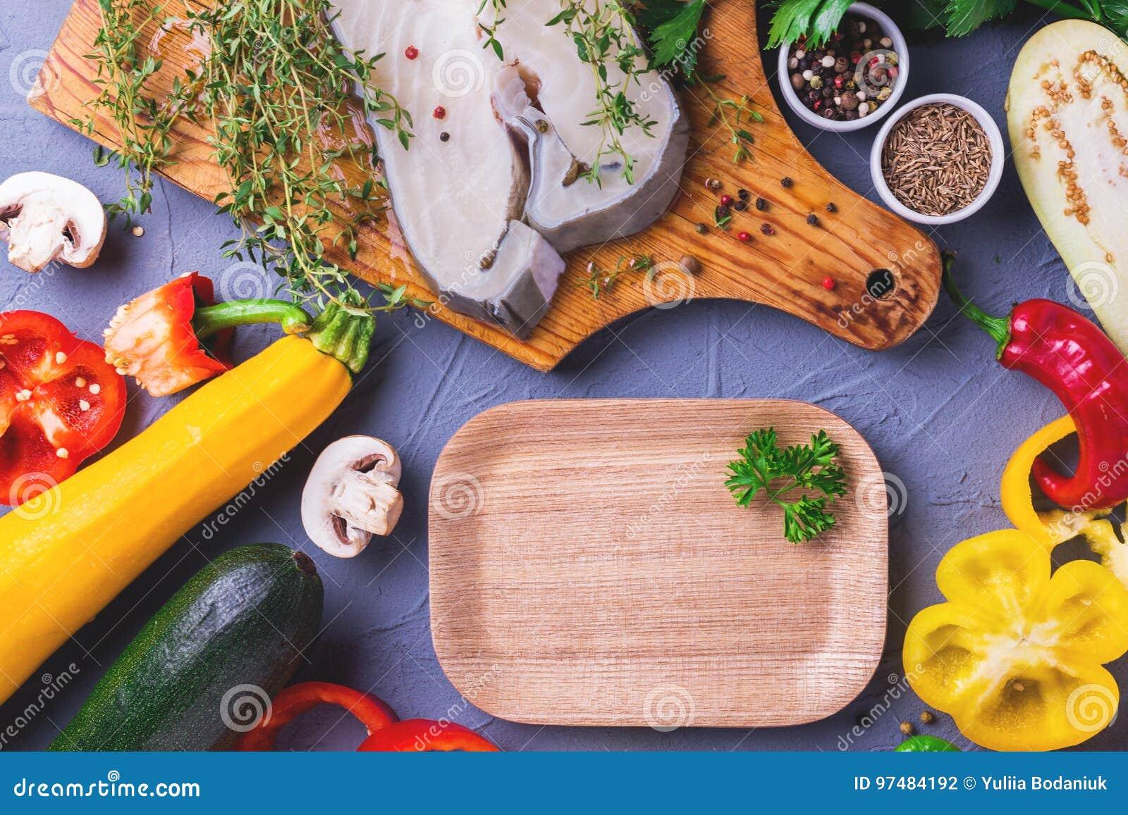 Trancio di pesce bianco fresco crudo con gli ingredienti delle verdure