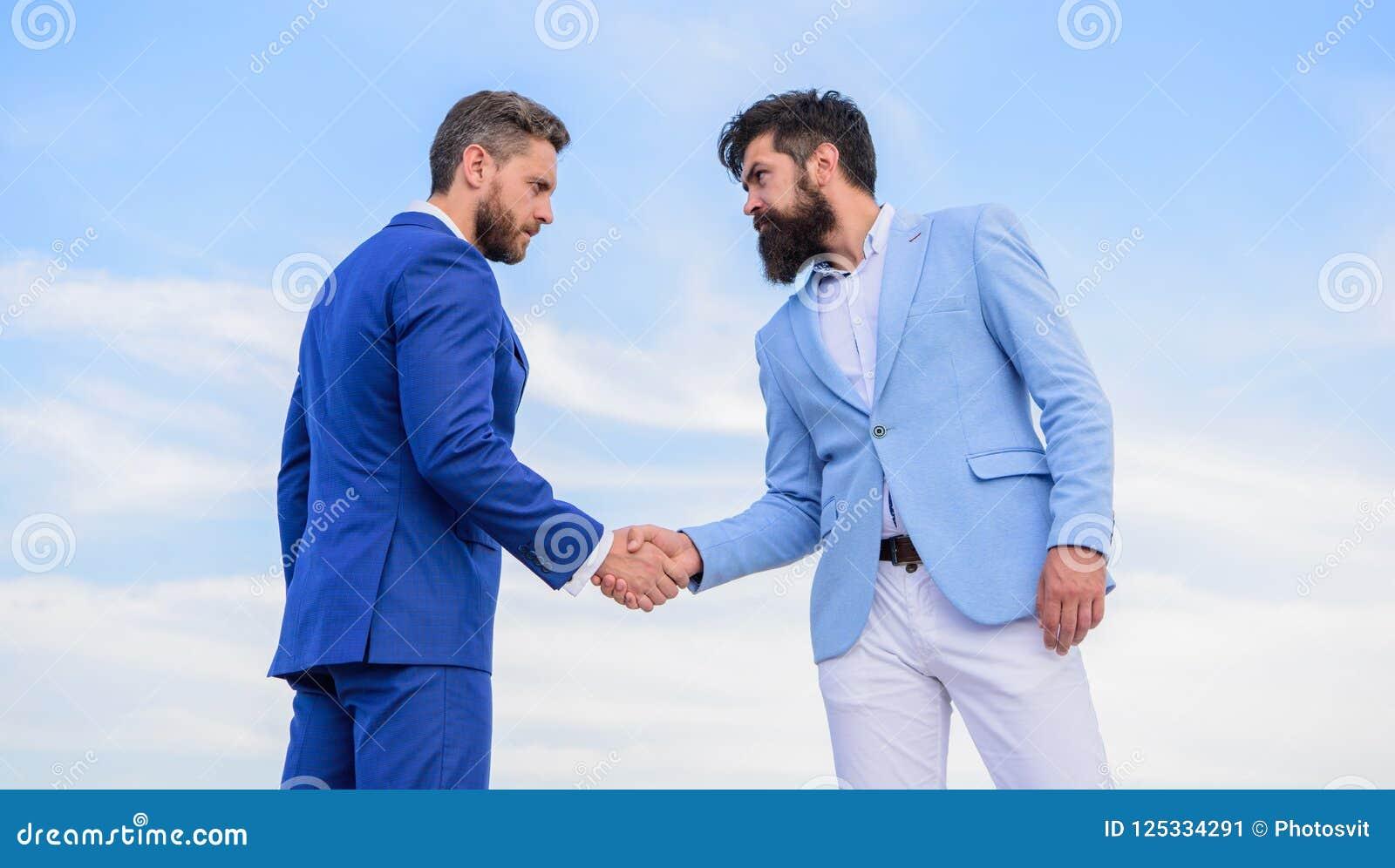 Transakcja biznesowa zatwierdzająca akceptującą oba partnerami Przedsiębiorcy trząść ręka symbolu pomyślną transakcję Pewny znak
