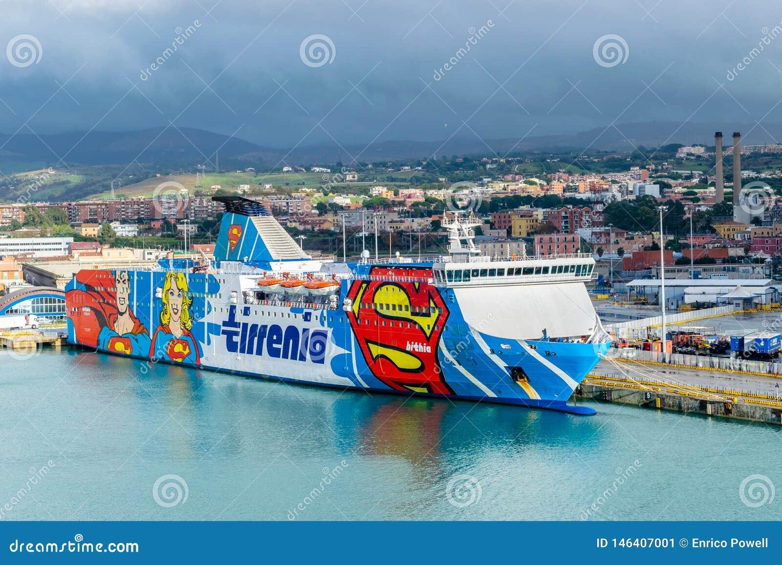 Transbordador de Tirrenia Bithia en el puerto de Civitavecchia, Roma