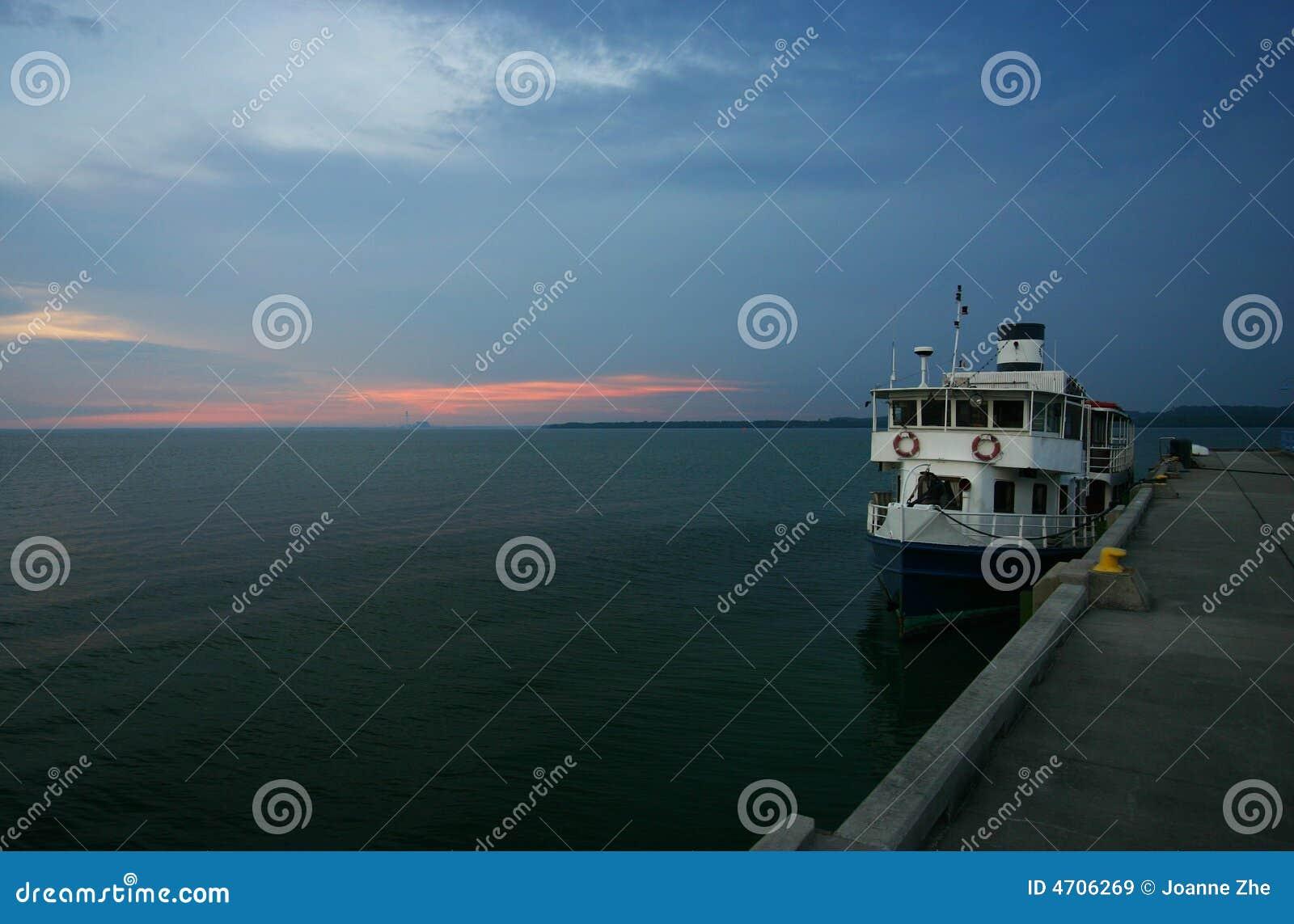 Transbordador en un puerto deportivo/un puerto/un muelle