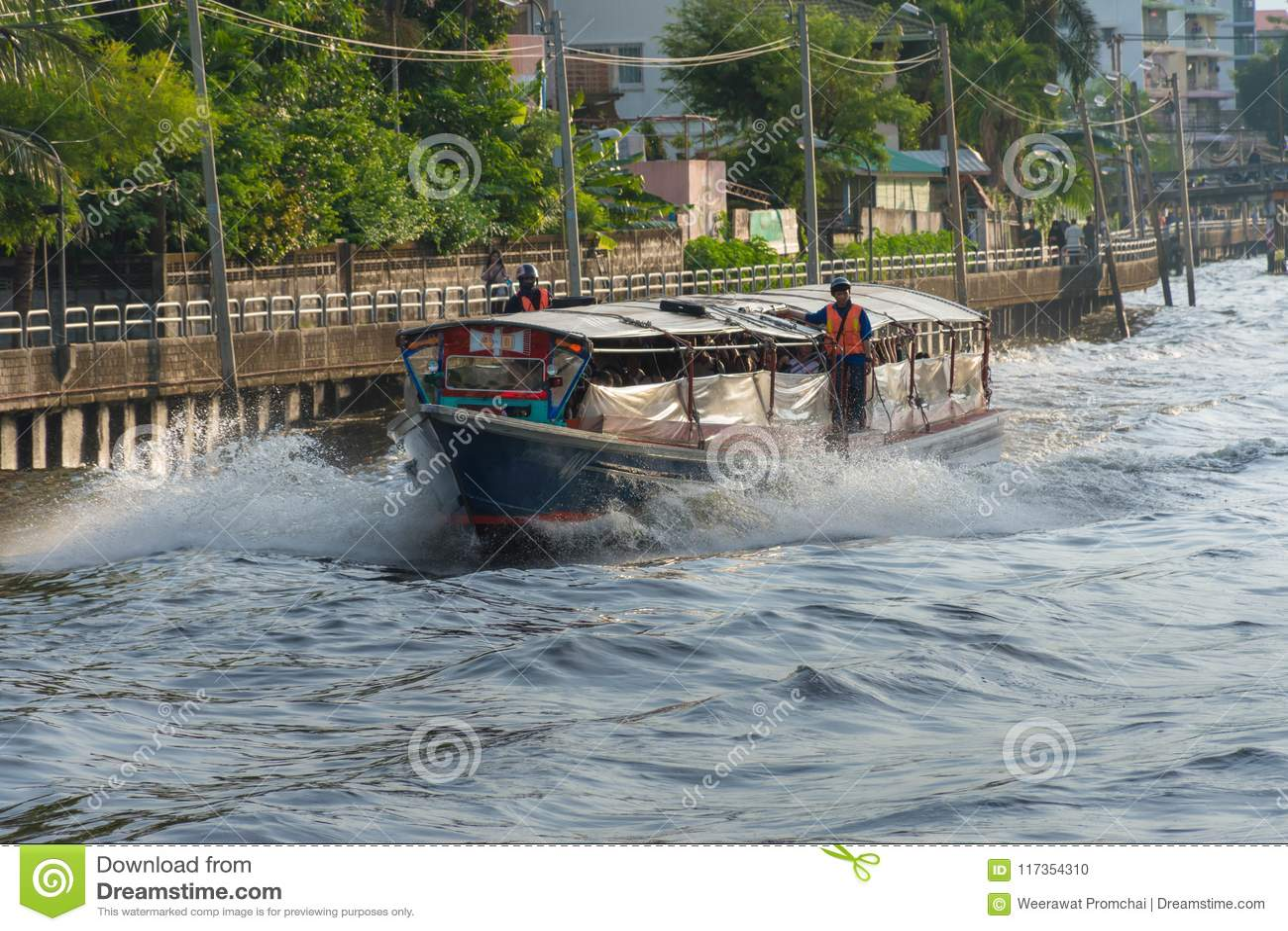 Transbordador viejo de madera que corre a través de un canal