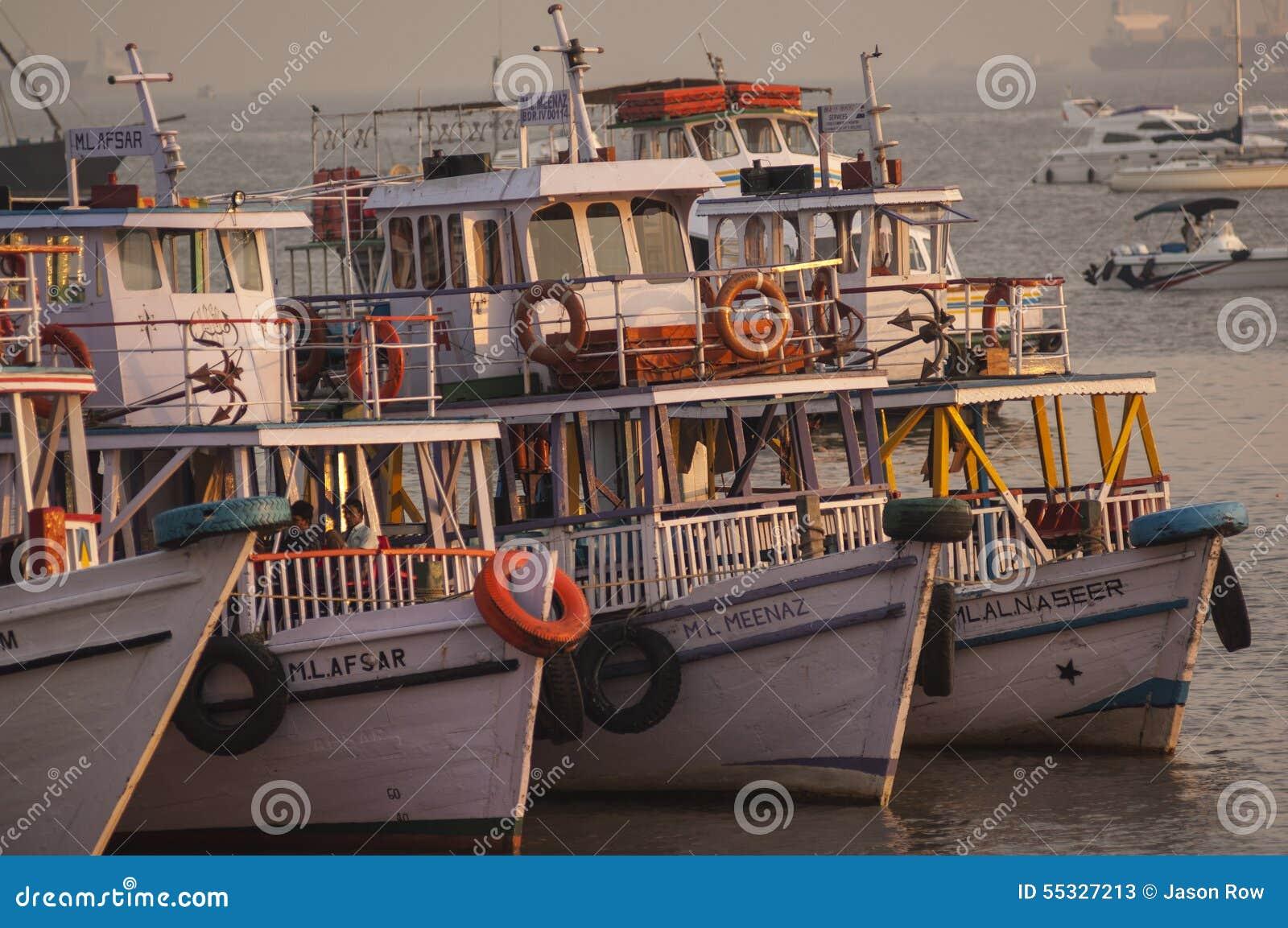 Transbordadores coloridos cerca de la entrada a la India