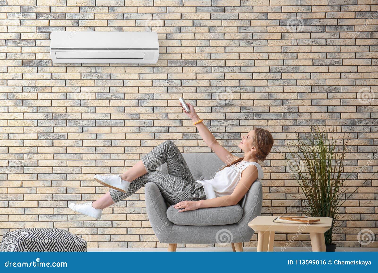 Transferencia de la mujer joven en el acondicionador de aire