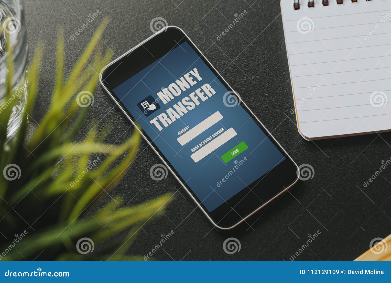 Transfert APP d argent dans un écran de téléphone portable sur une table noire d affaires