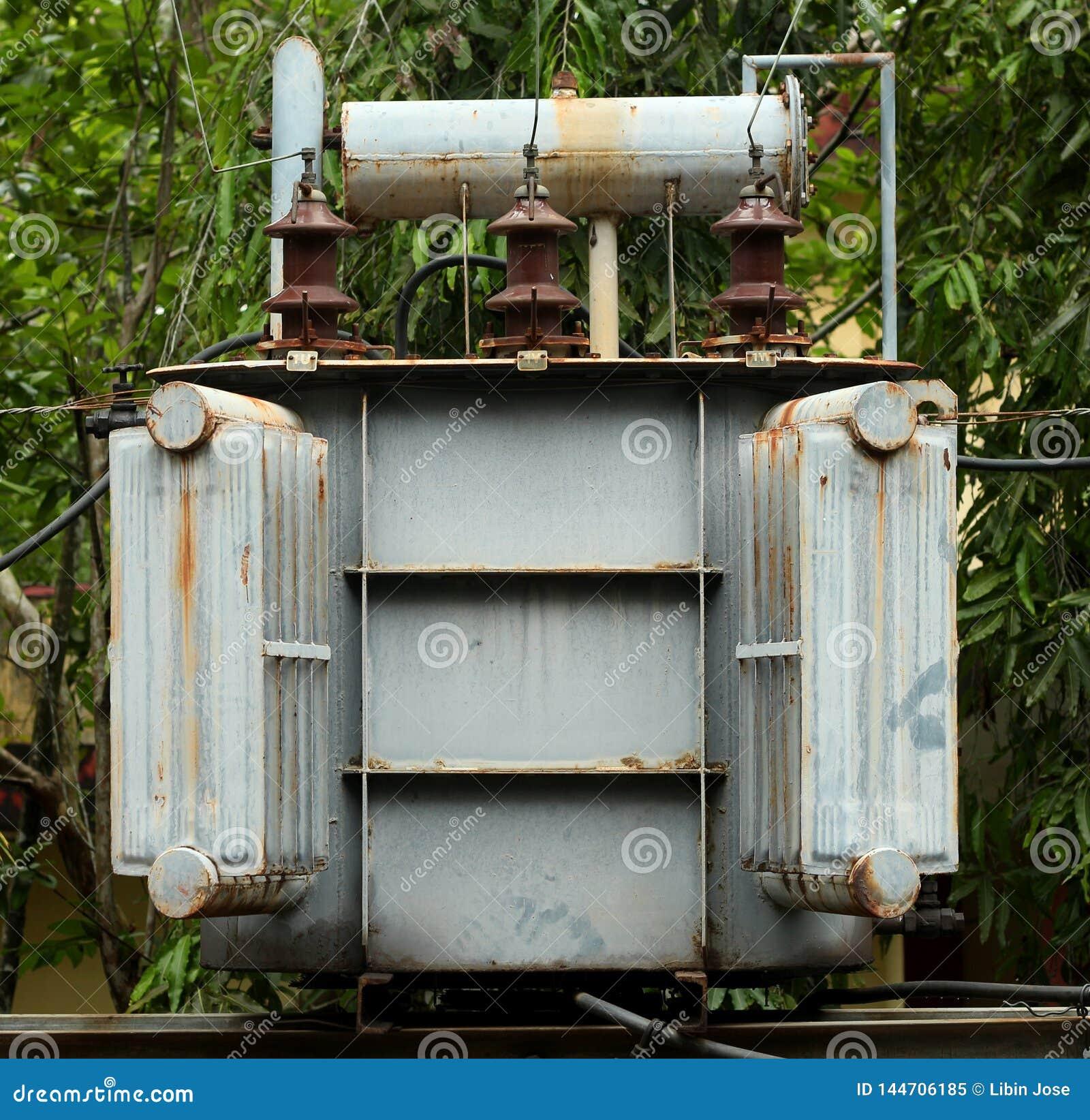 Transformador eléctrico en el poste